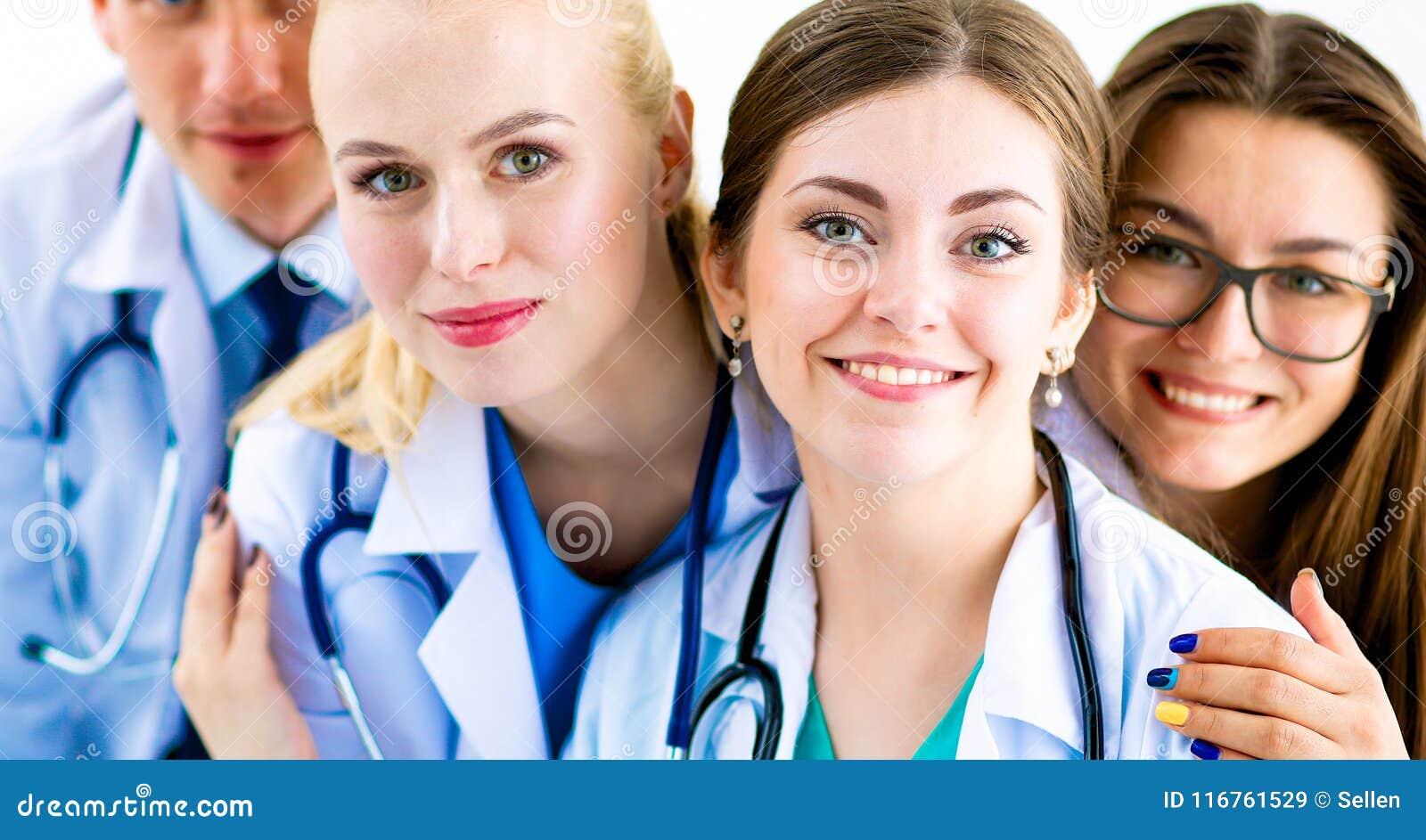 Portrait du groupe de collègues de sourire d hôpital se tenant ensemble
