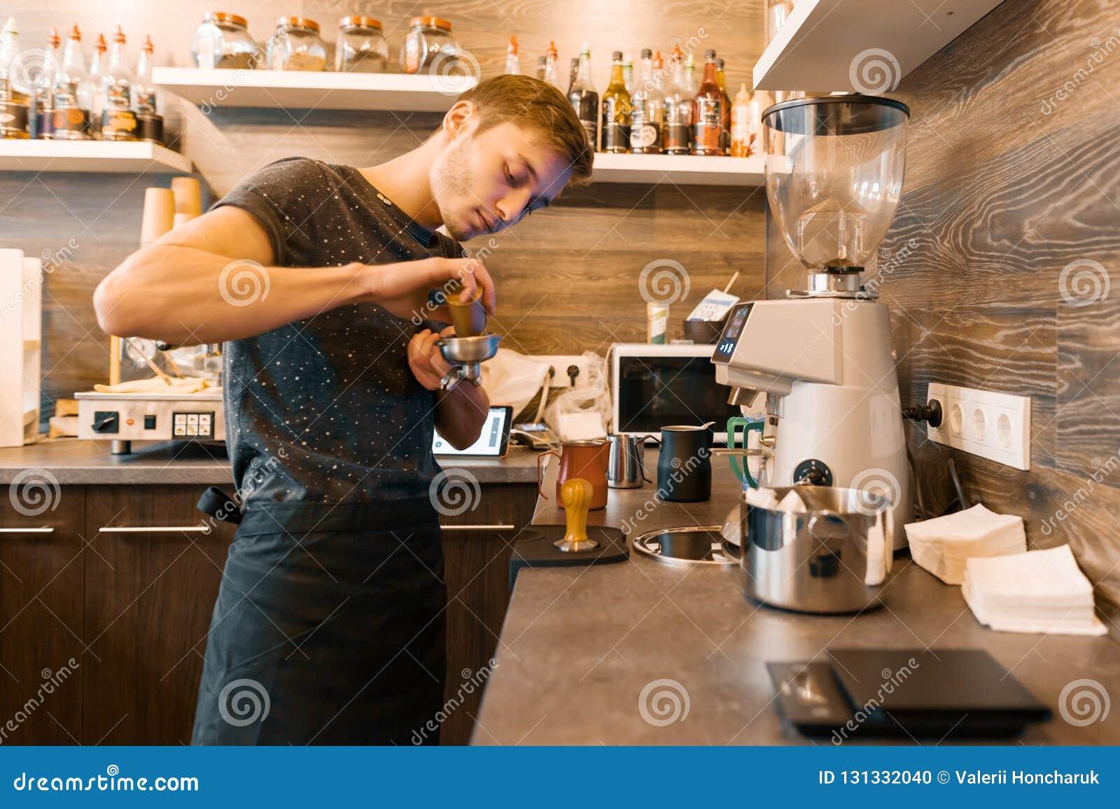 Portrait du jeune barman masculin faisant des boissons Concept d affaires de café