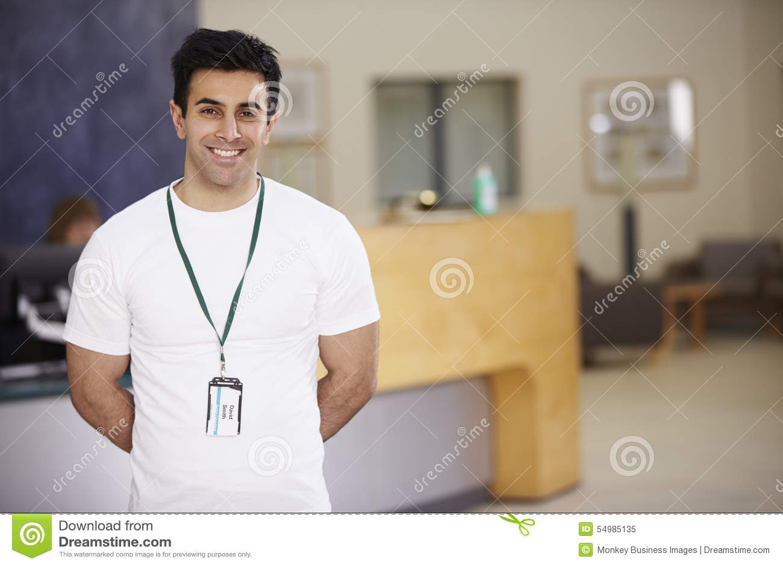 Portrait du physiothérapeute masculin In Hospital Reception