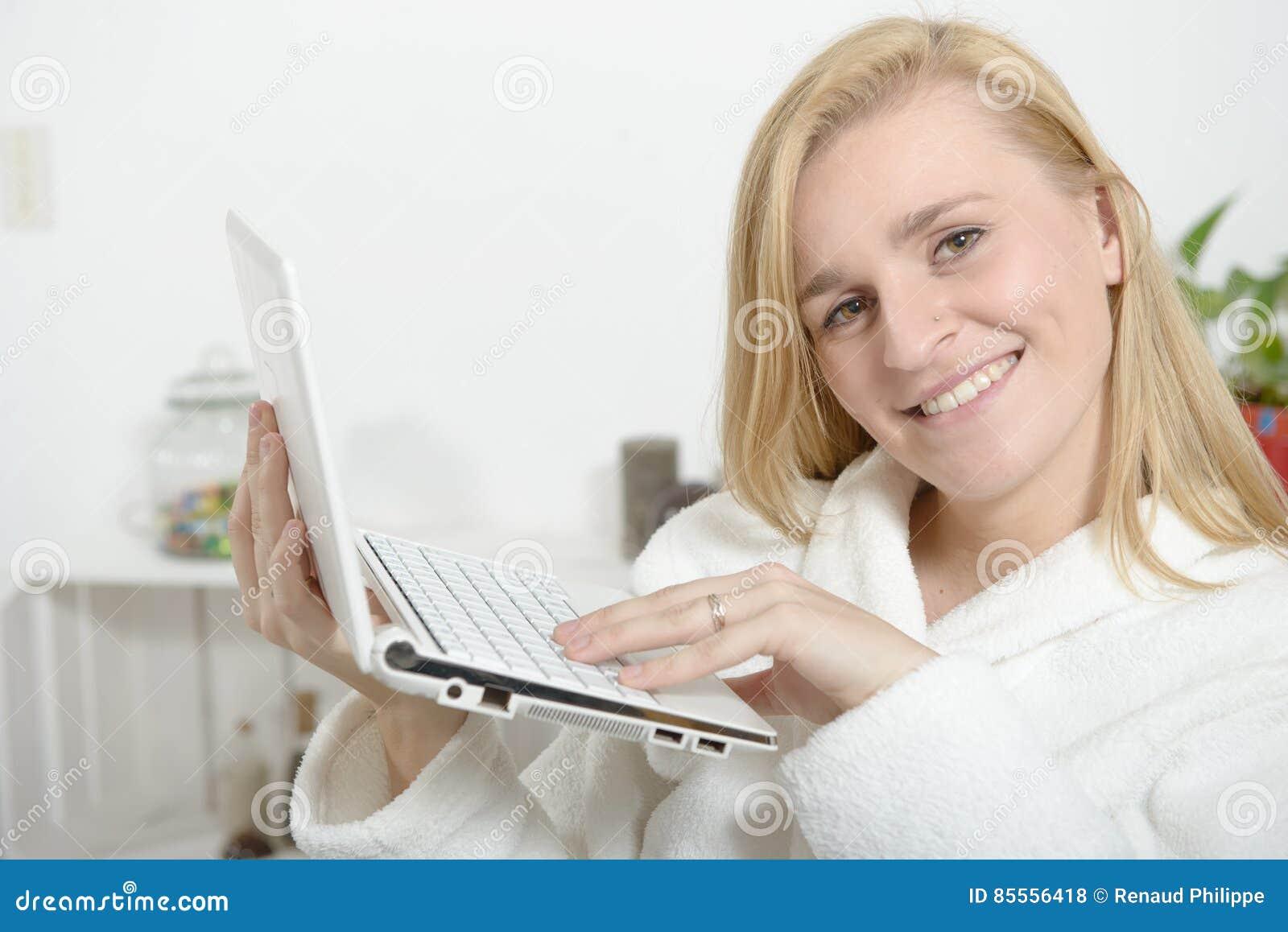 Portrait einer Frau, die einen Laptop verwendet