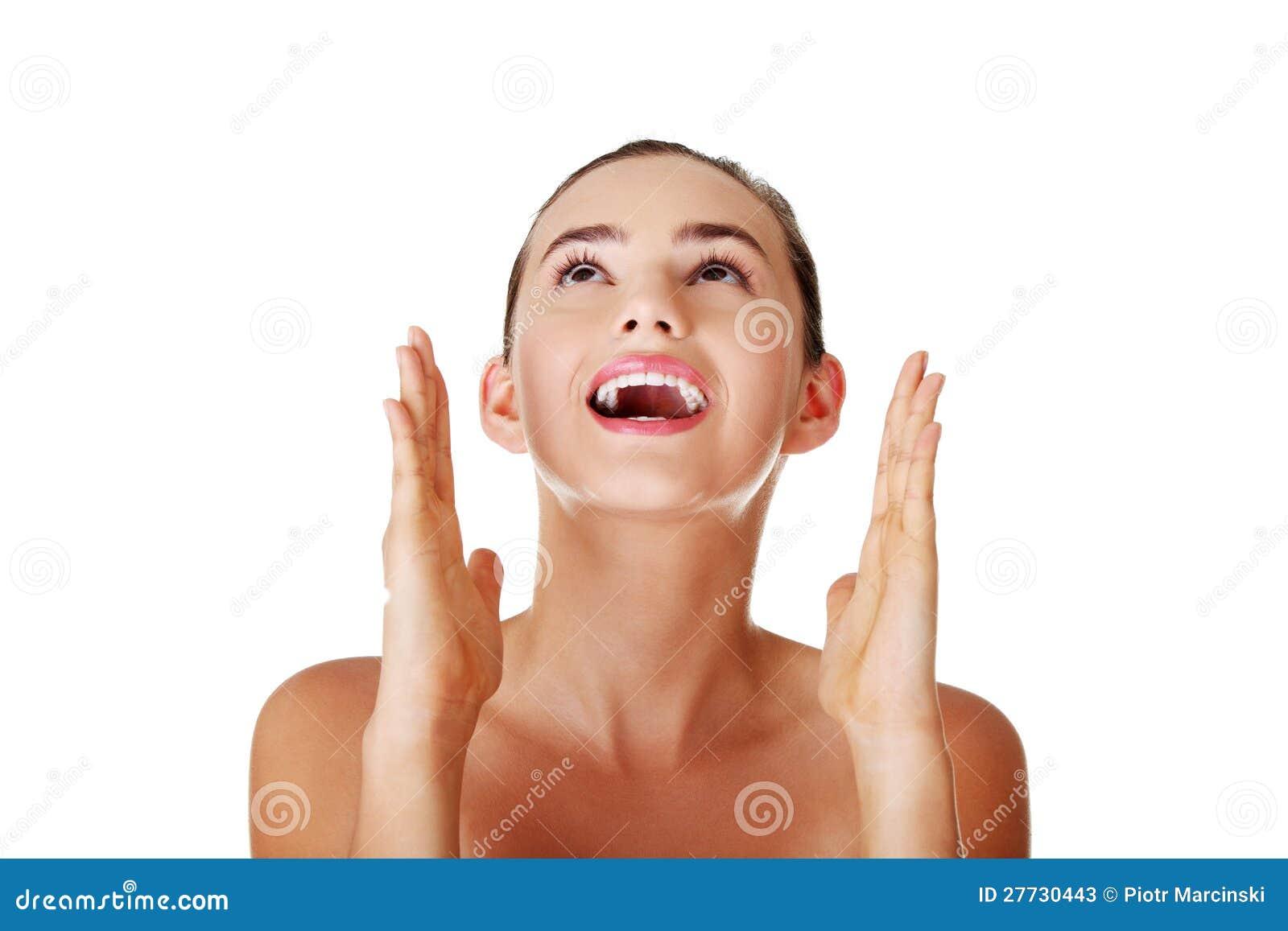Portrait einer glücklichen jungen Frau, die oben schaut