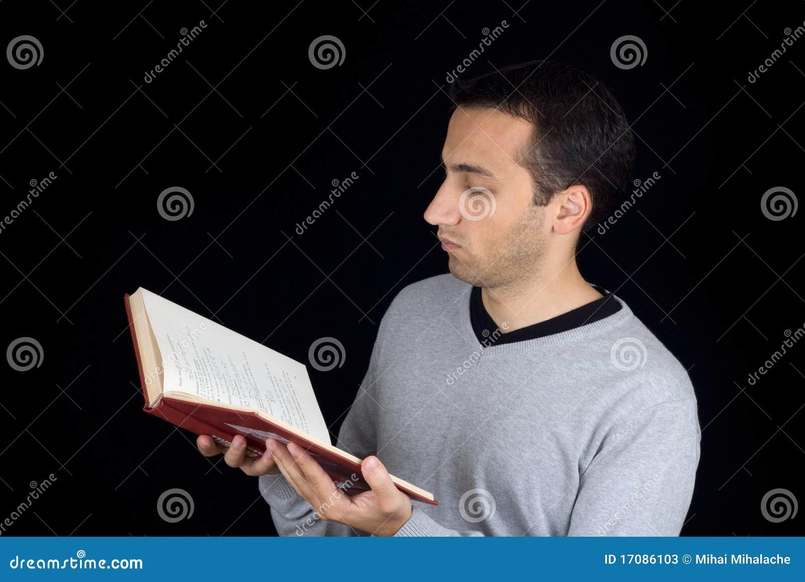 Portrait eines jungen Mannes, der ein Buch liest
