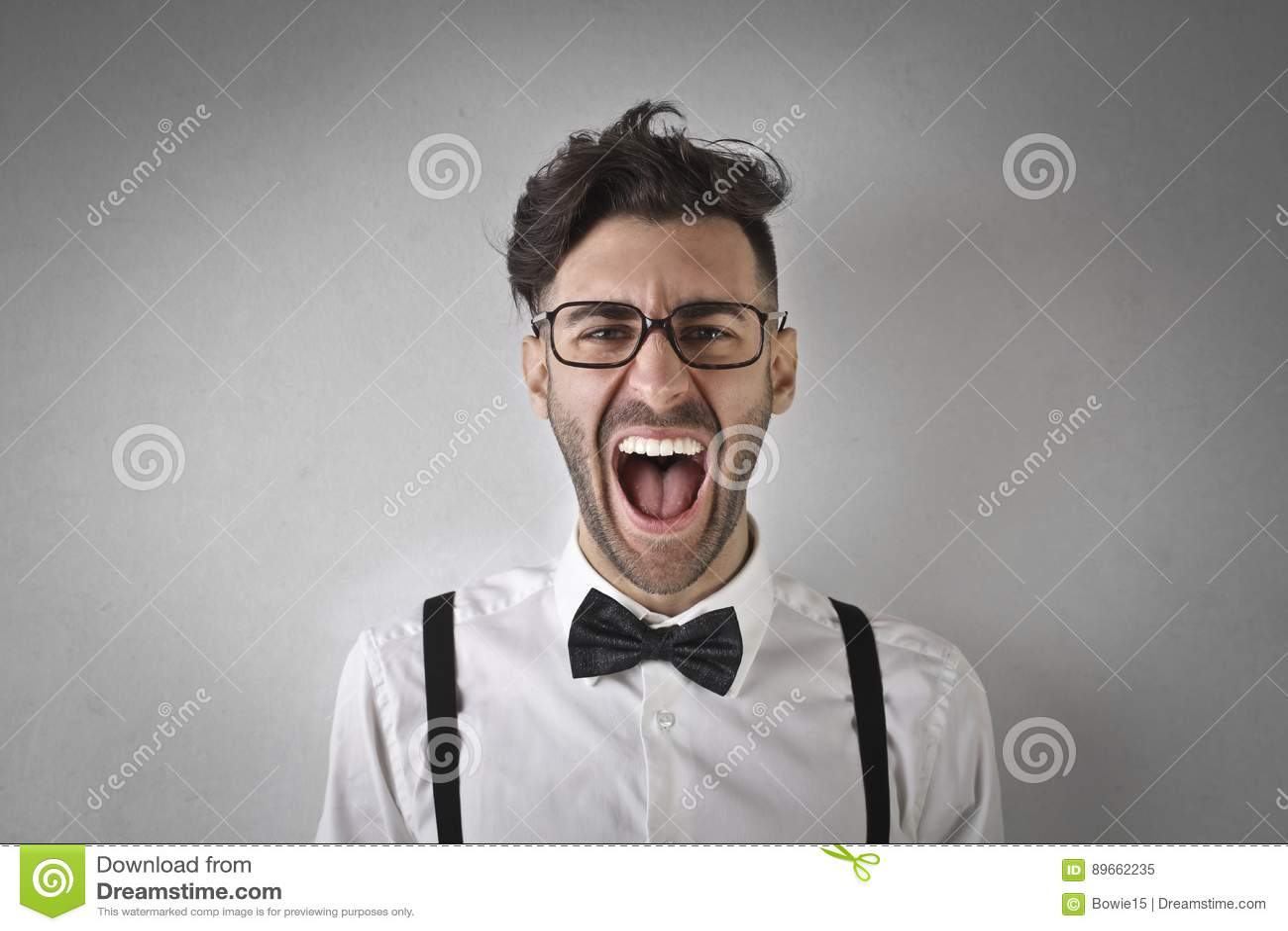 Portrait eines jungen schreienden Mannes