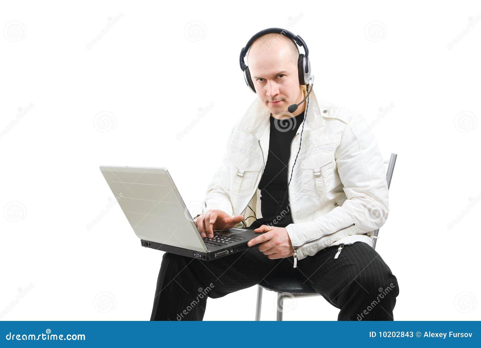 Portrait eines Mannes mit einem Laptop
