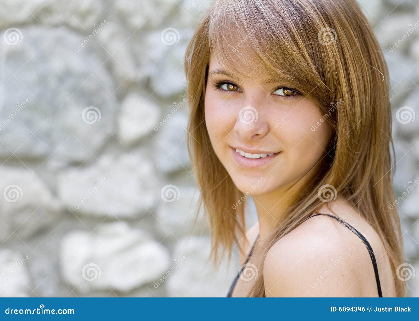 Portrait eines schönen Lächelns der jungen Frau