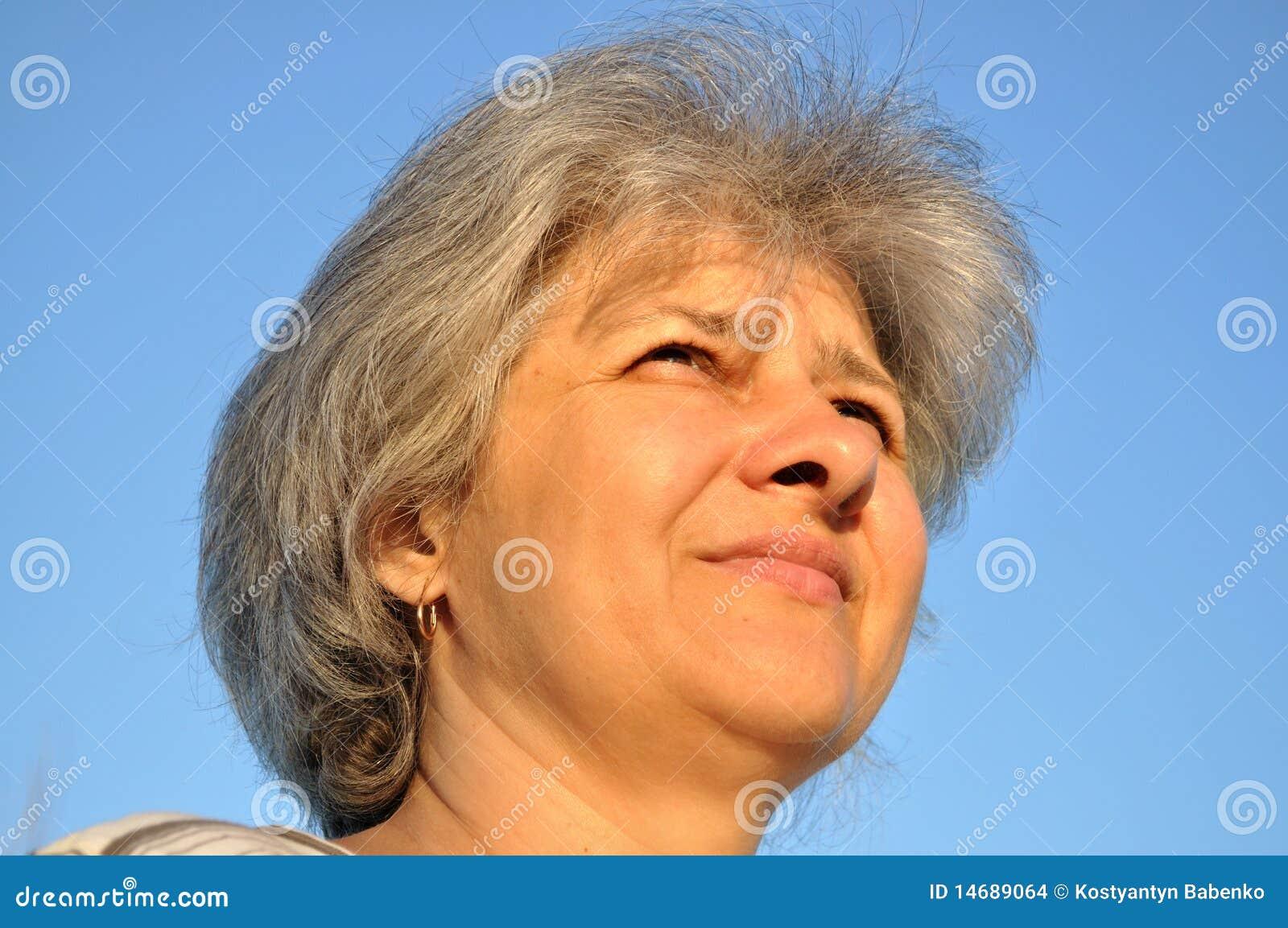 Portrait of an elderly woman, his eyes set forward, smiling.