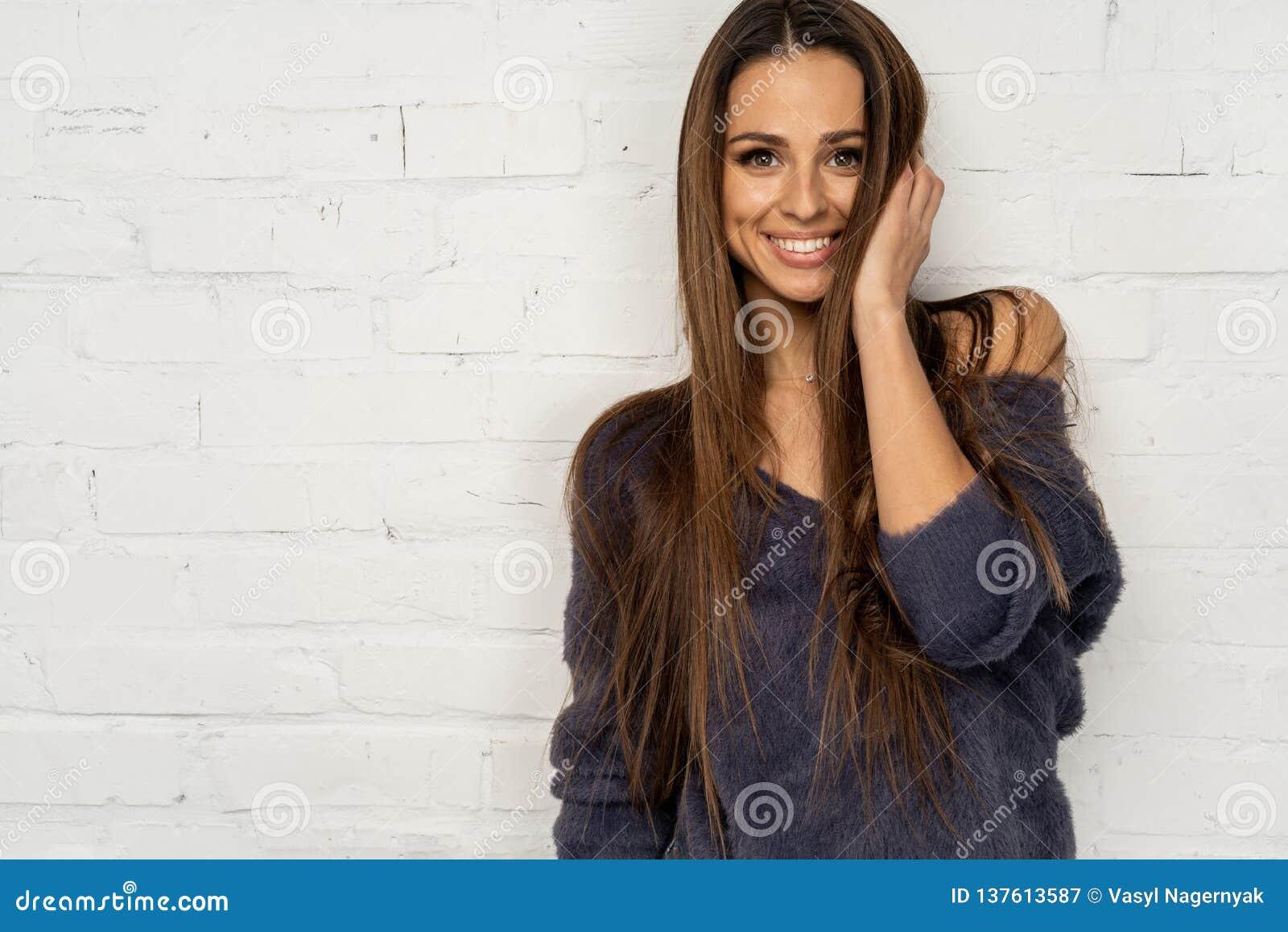 Portrait en buste de jeunes femmes de sourire