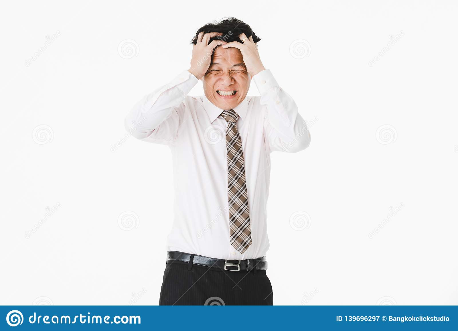 Portrait en buste de vieillir moyen, beau, asiatique, homme d affaires, dans la chemise blanche, lien rayé souffrez de la migrain