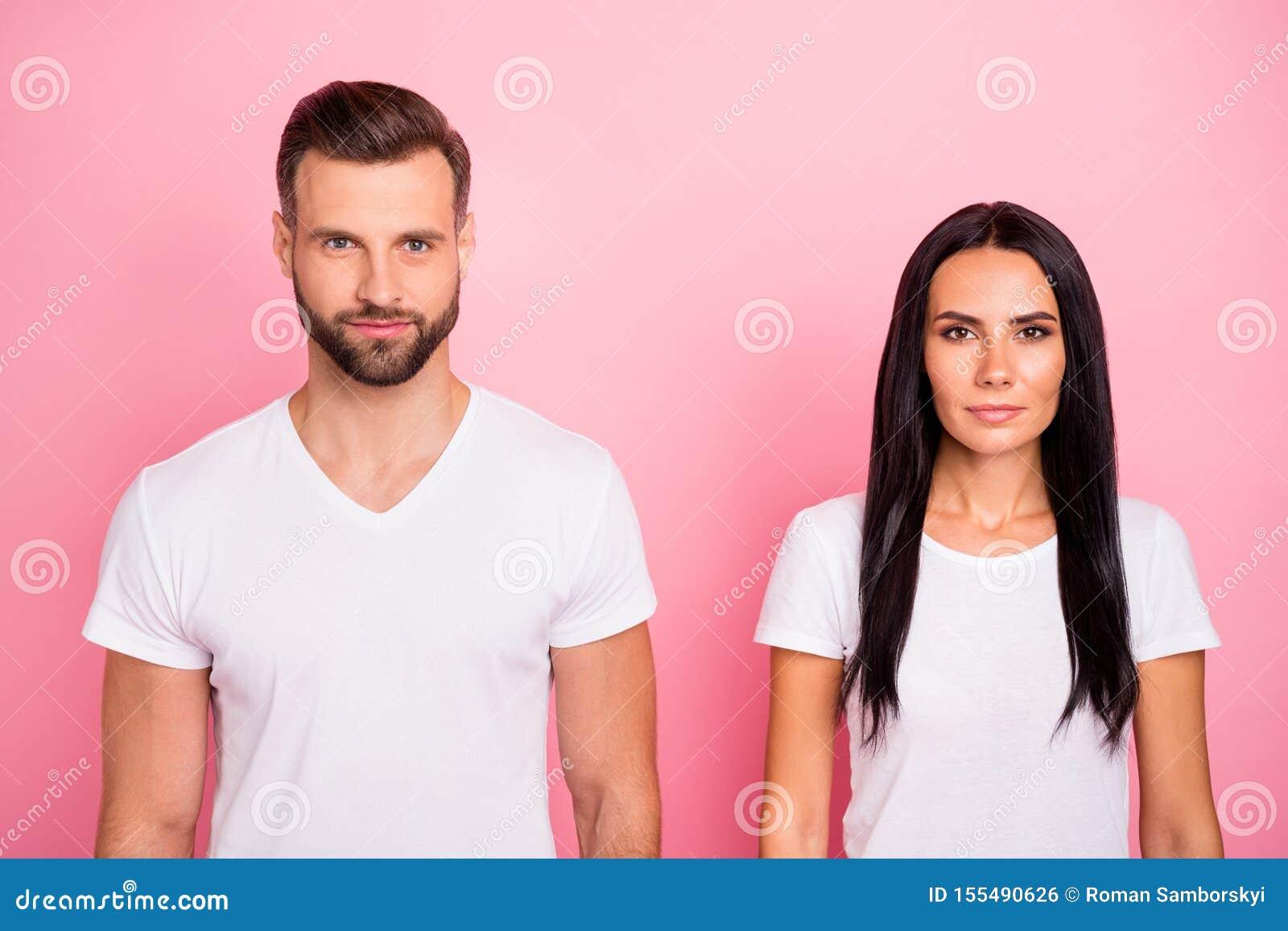 Portrait en gros plan à lui il elle elle le beau charme deux attrayant joli a focalisé la personne concentrée calme