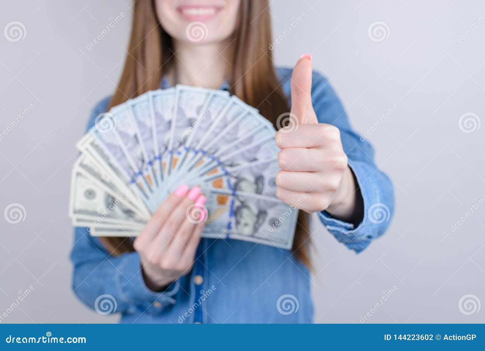 Portrait en gros plan cultivé de photo de beau joli positif elle sa dame tenant l argent à disposition donnant faisant le doigt a