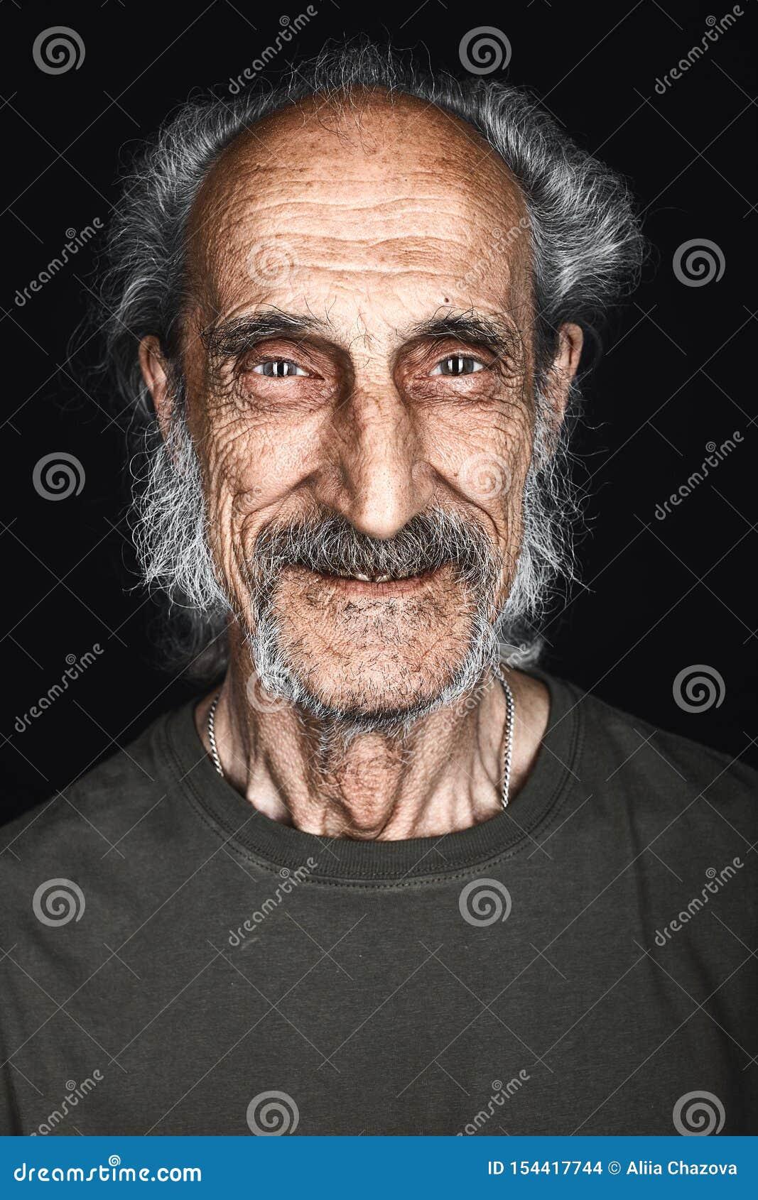 Portrait en gros plan d homme supérieur heureux avec les cheveux, la barbe et la moustache gris