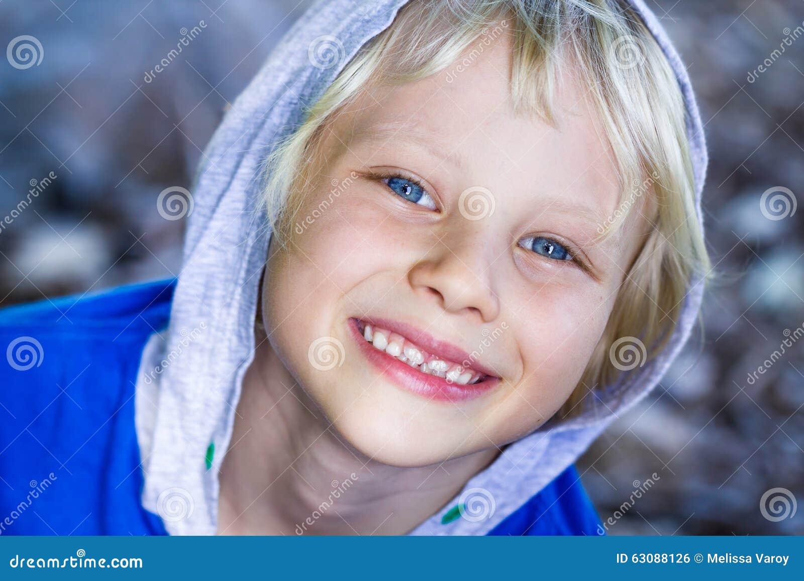 Download Portrait En Gros Plan D'un Enfant Heureux Mignon Photo stock - Image du suédois, océan: 63088126