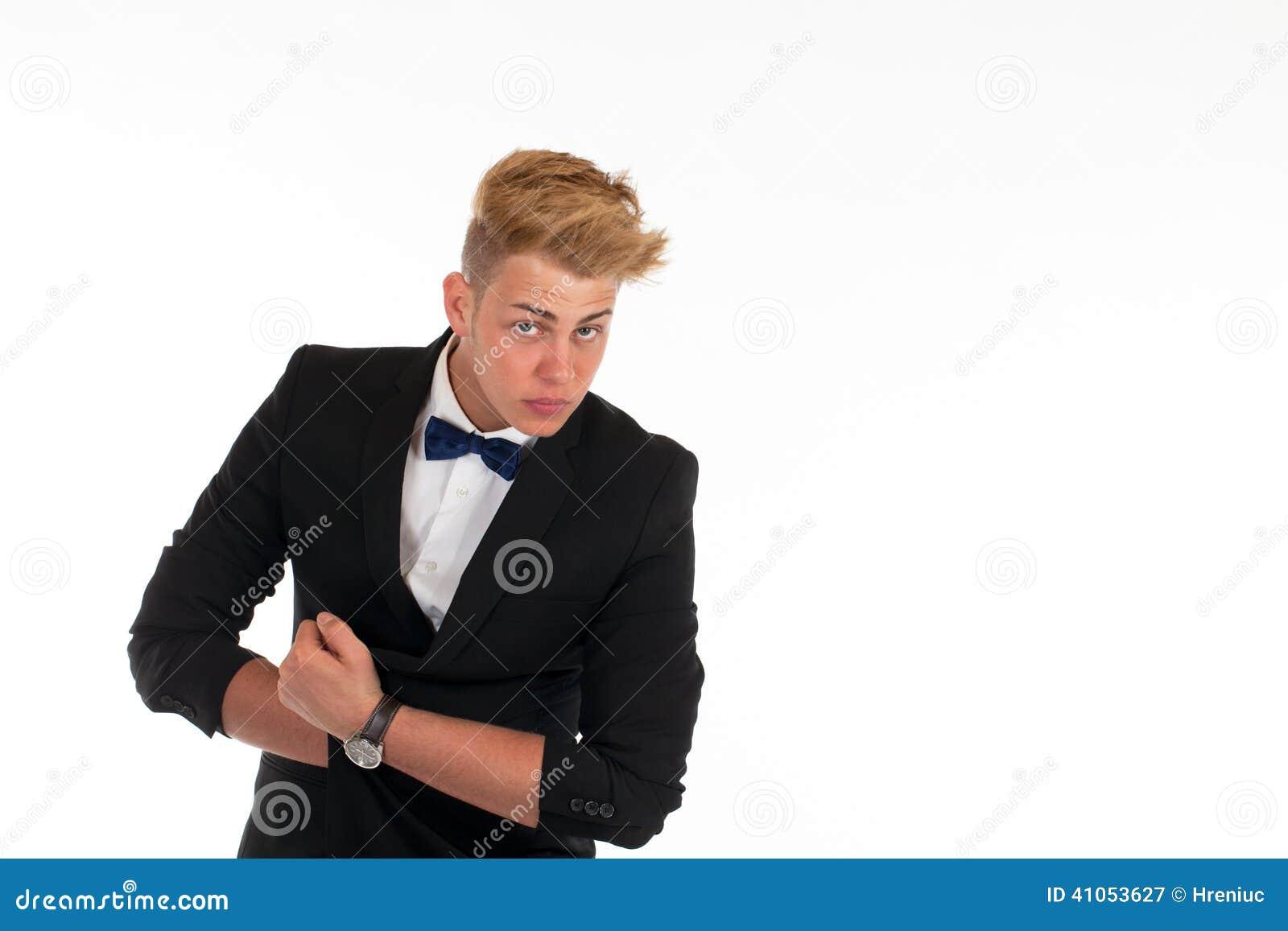 Beau Costume Homme se rapportant à portrait en gros plan d'un jeune homme beau dans un costume sur le