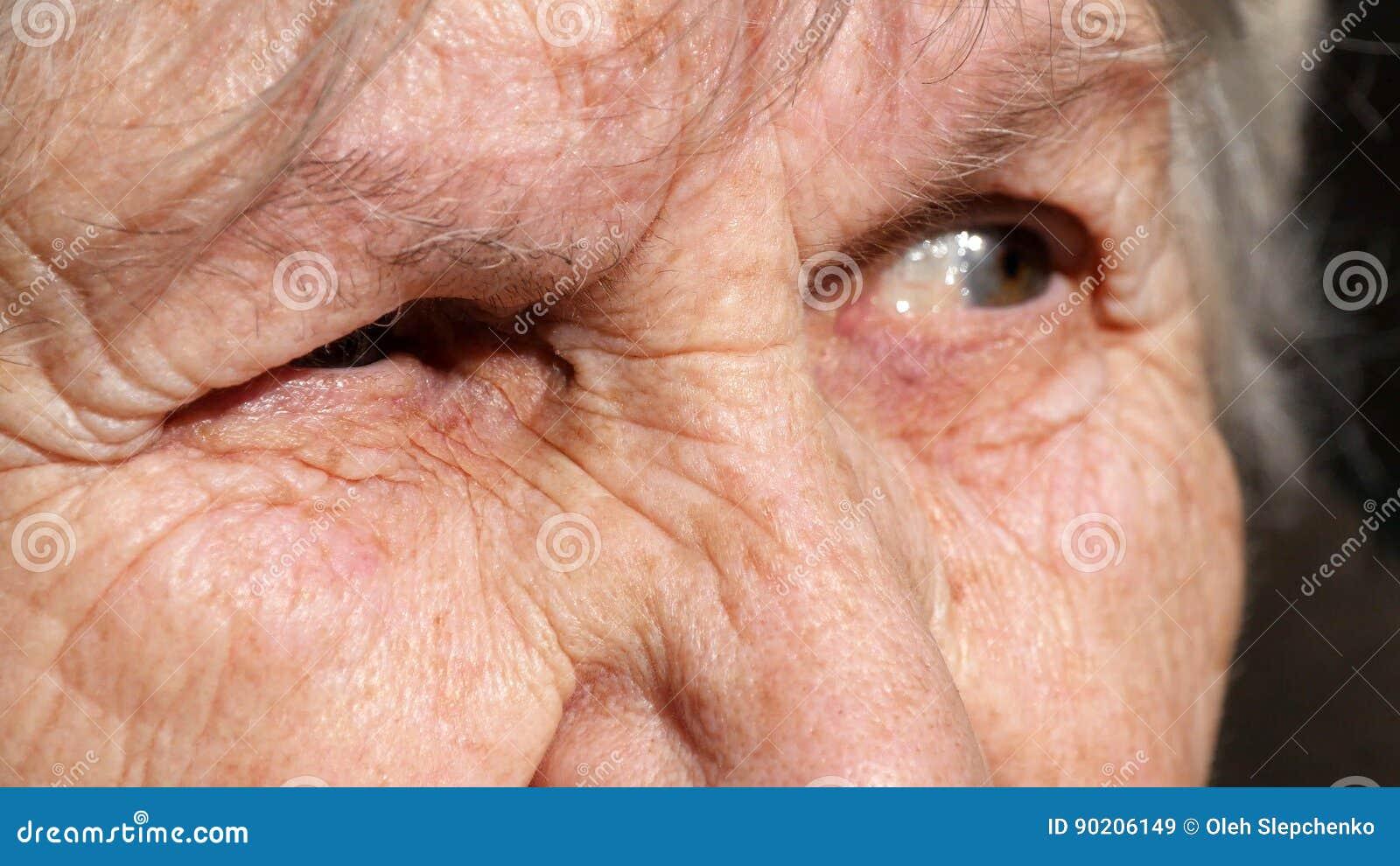 Portrait en gros plan d un regard fixe du ` s de dame âgée Émotions de grand-mère