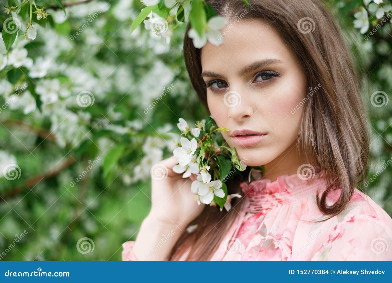 Portrait en gros plan d une belle fille dans des arbres de floraison Arbres fruitiers fleurissants