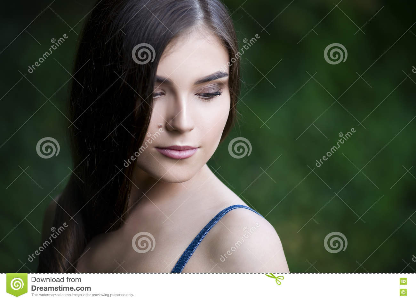 Portrait en gros plan d une belle jeune femme caucasienne avec la peau propre, les longs cheveux et le maquillage occasionnel
