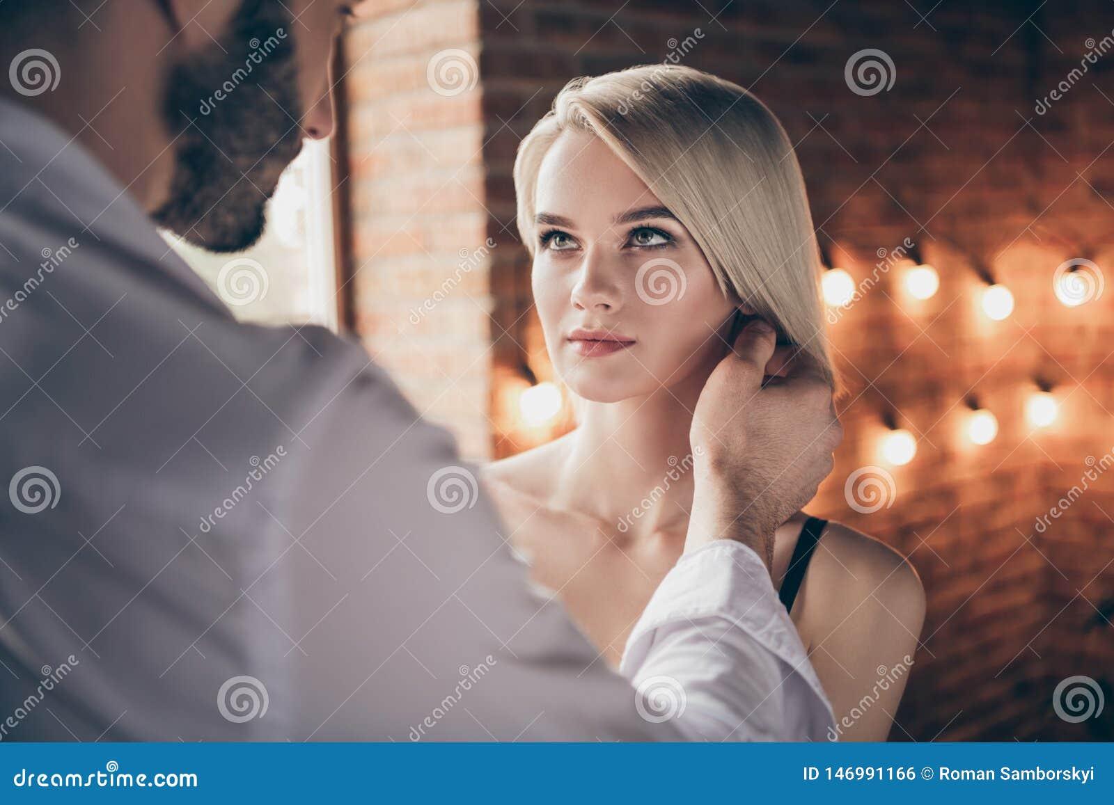 Portrait en gros plan dame attirante magnifique d éclat renversant doux joli pour deux personnes de la belle ayant l affaire avec