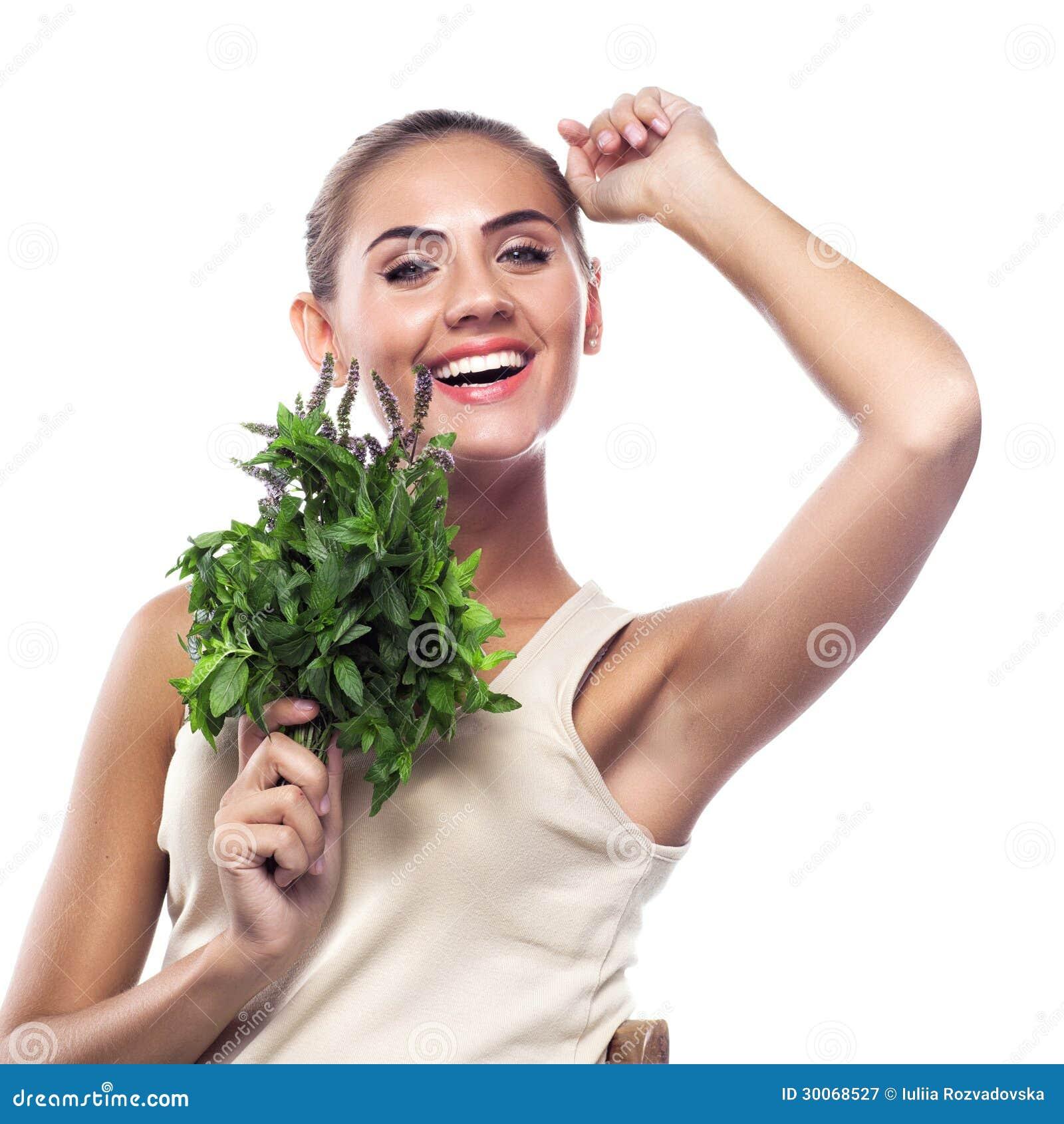 Femme avec un paquet de menthe fraîche.