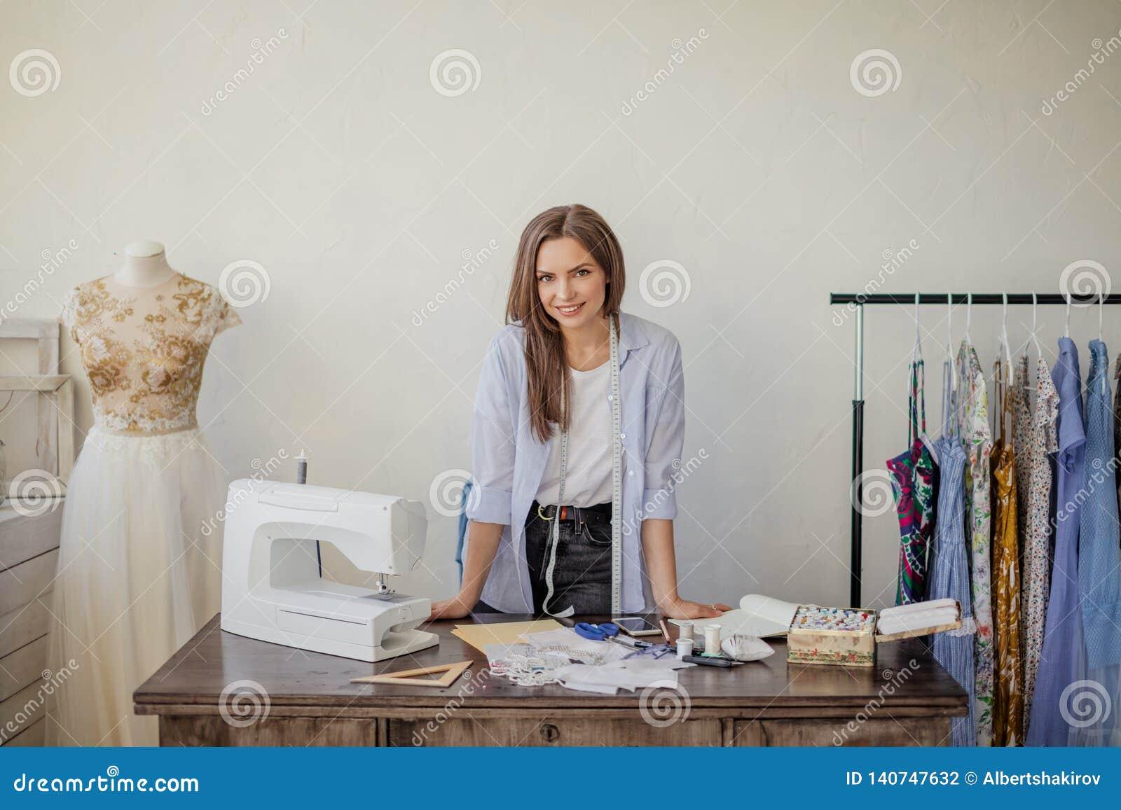 Portrait en gros plan de jeune ouvrière couturière ou couturière un son lieu de travail