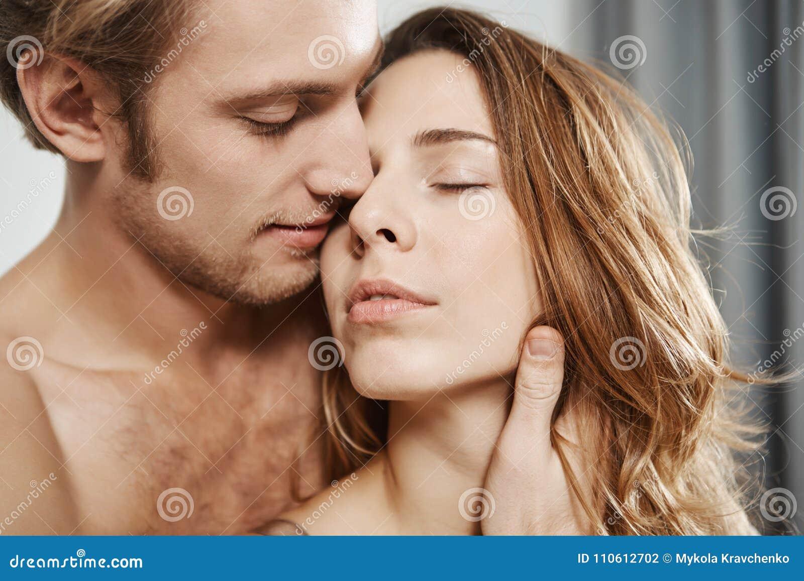 Portrait en gros plan de l ami affectueux bel tenant la femme derrière tout en étant dans la chambre à coucher Le couple apprécie