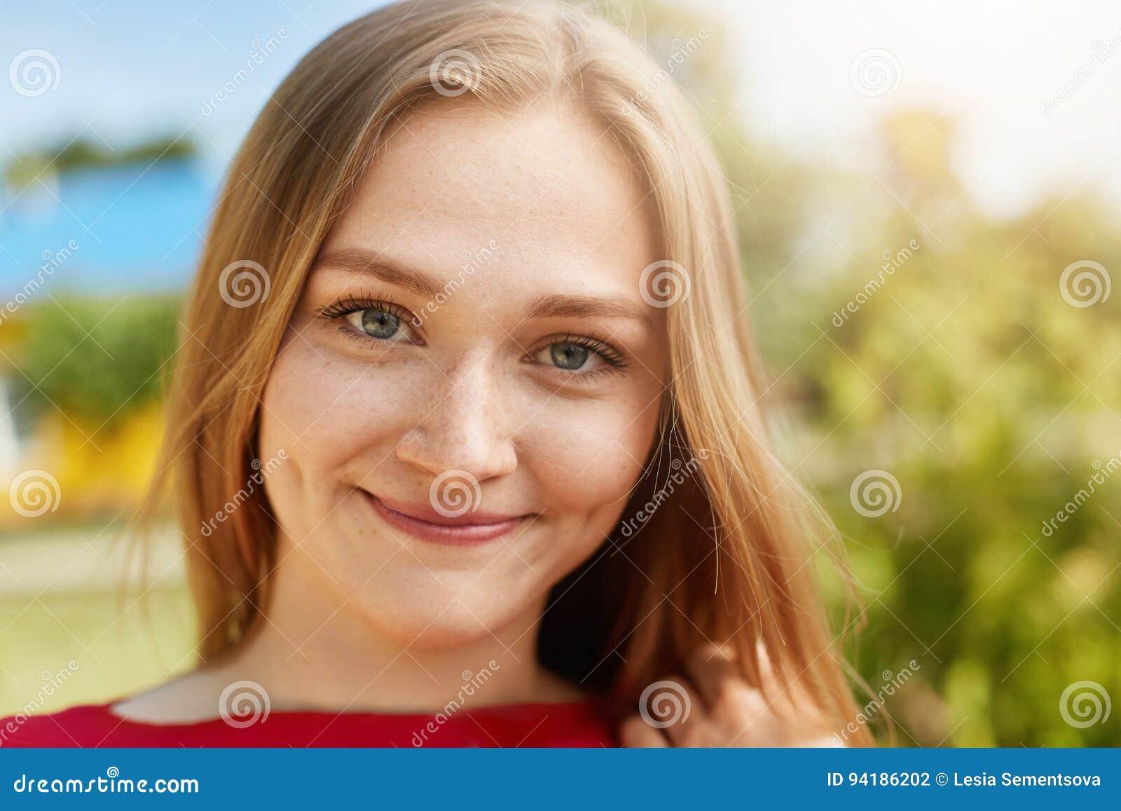 portrait en gros plan de la femme blonde avec les yeux de attirance verts taches de rousseur. Black Bedroom Furniture Sets. Home Design Ideas