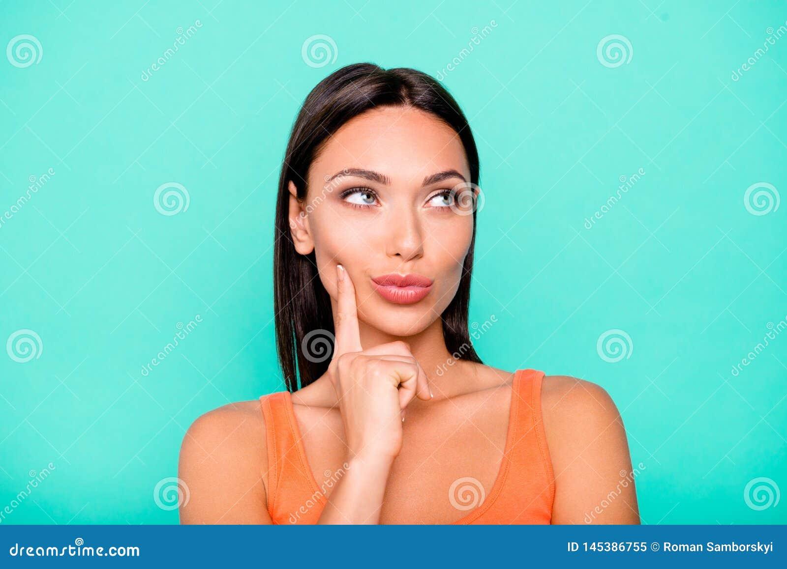 Portrait en gros plan de photo de joli occupé avoir la contemplation elle son étudiant touchant la joue pensant au-dessus de la
