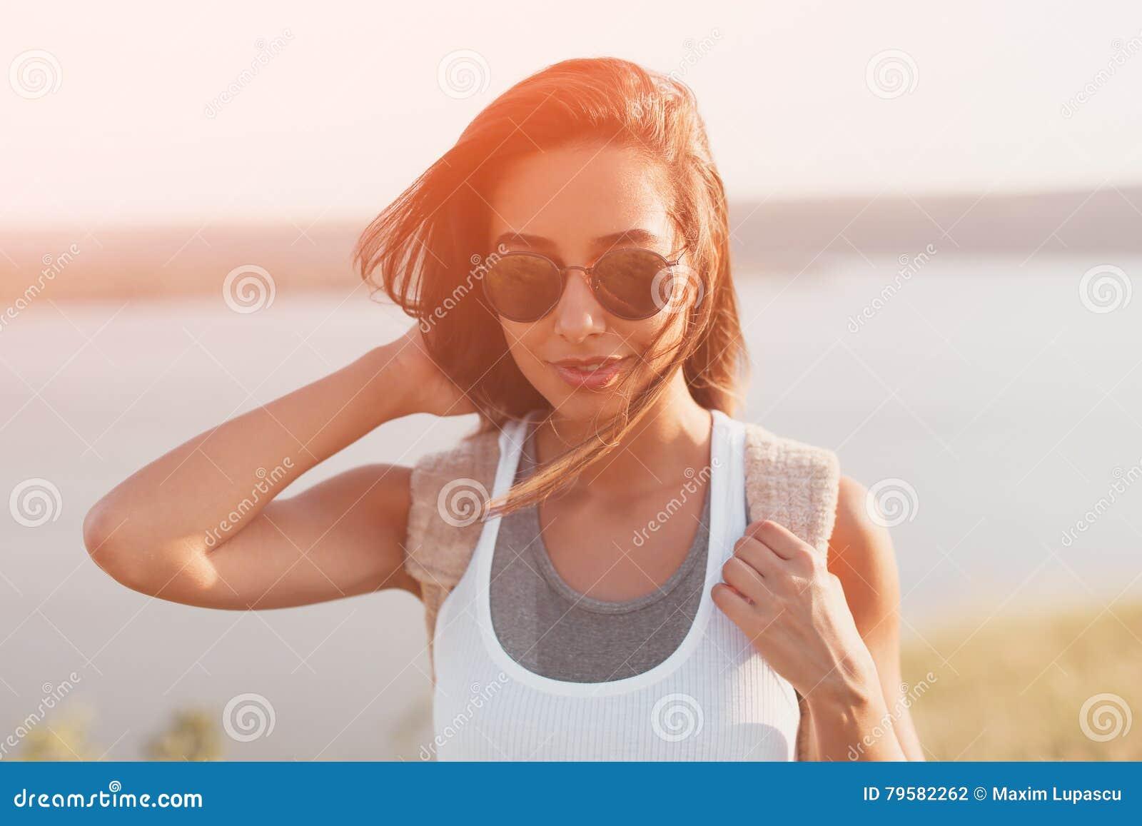 Portrait ensoleillé de mode de mode de vie d été de fille élégante de hippie