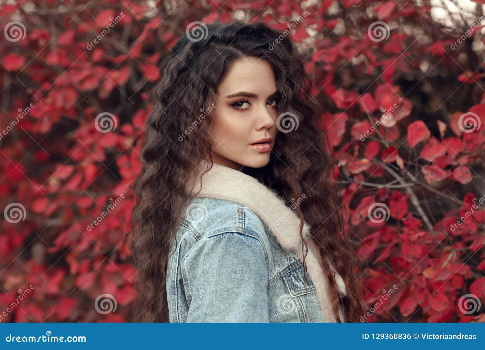 Portrait extérieur d automne d une chevelure bouclé de femme Jeune beau brun