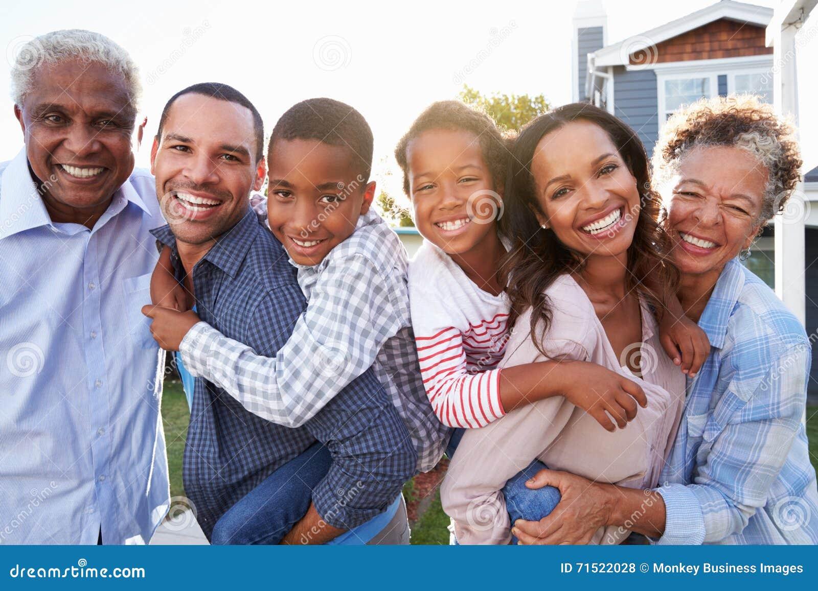 Portrait extérieur de groupe de famille multi noire de génération