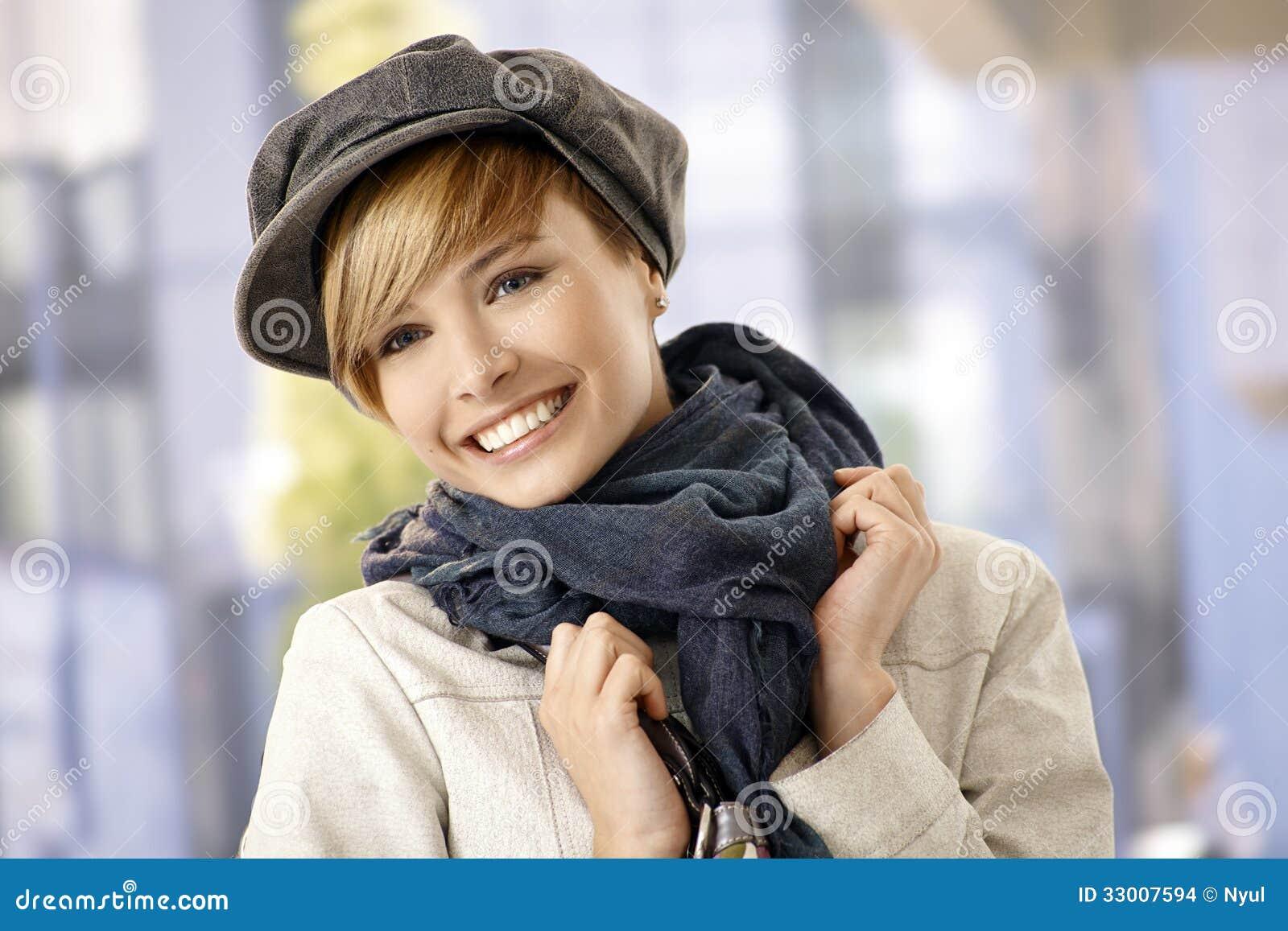 Portrait extérieur de jeune femme dans des vêtements d hiver