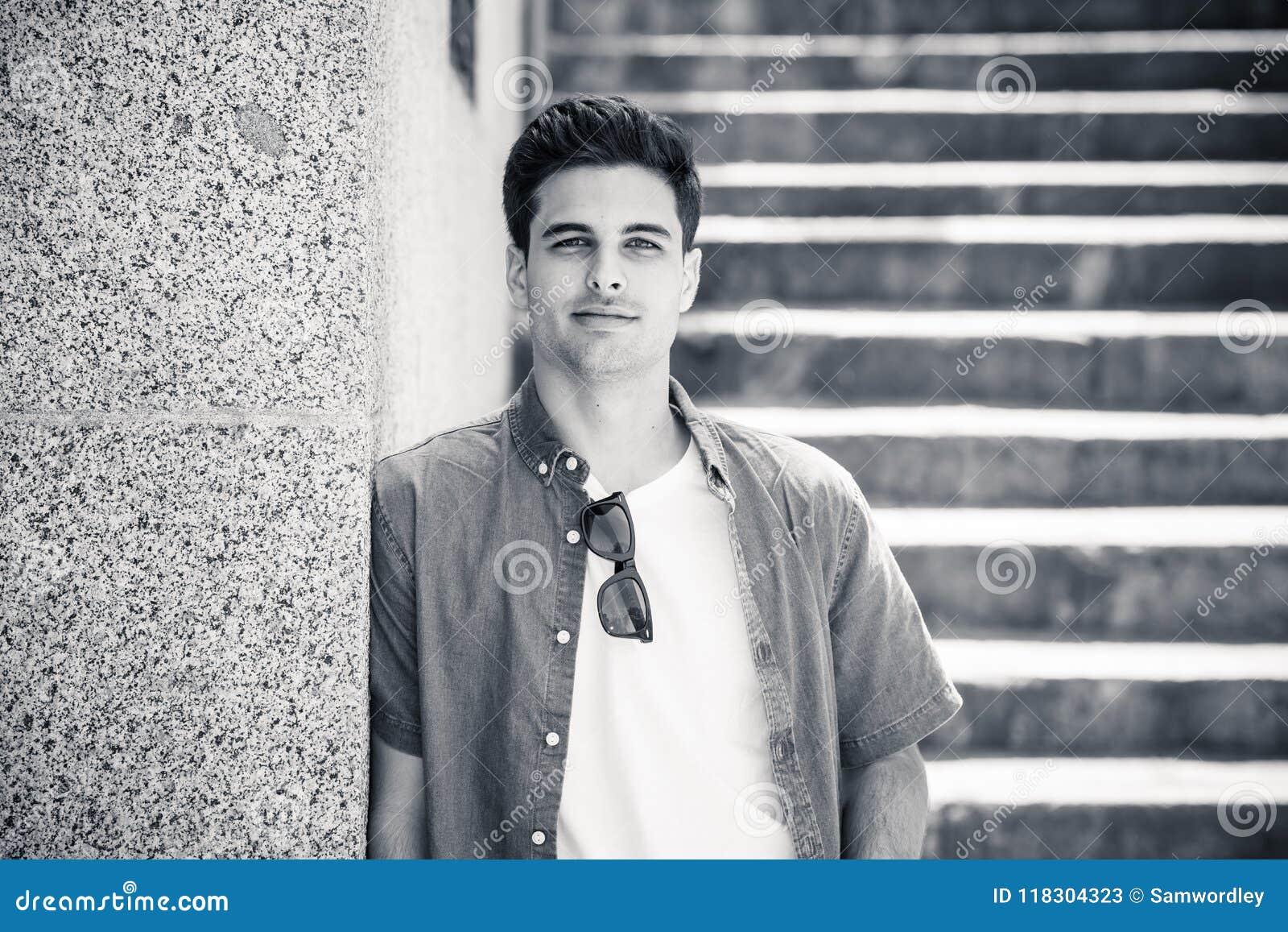 Portrait extérieur de jeune homme attirant moderne dans la ville Fond urbain