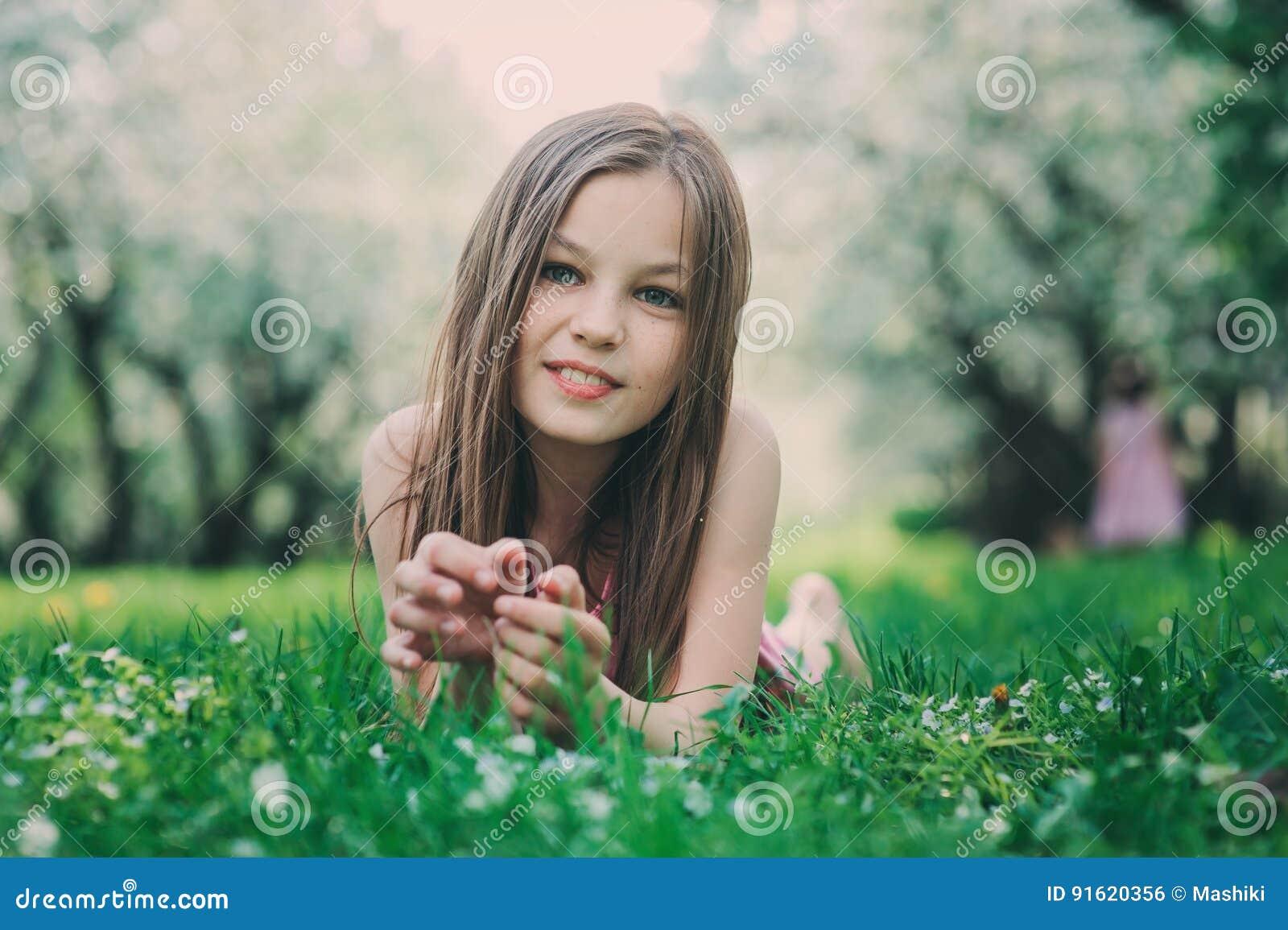 Portrait extérieur de plan rapproché de ressort des 11 années adorables de fille de la préadolescence d enfant