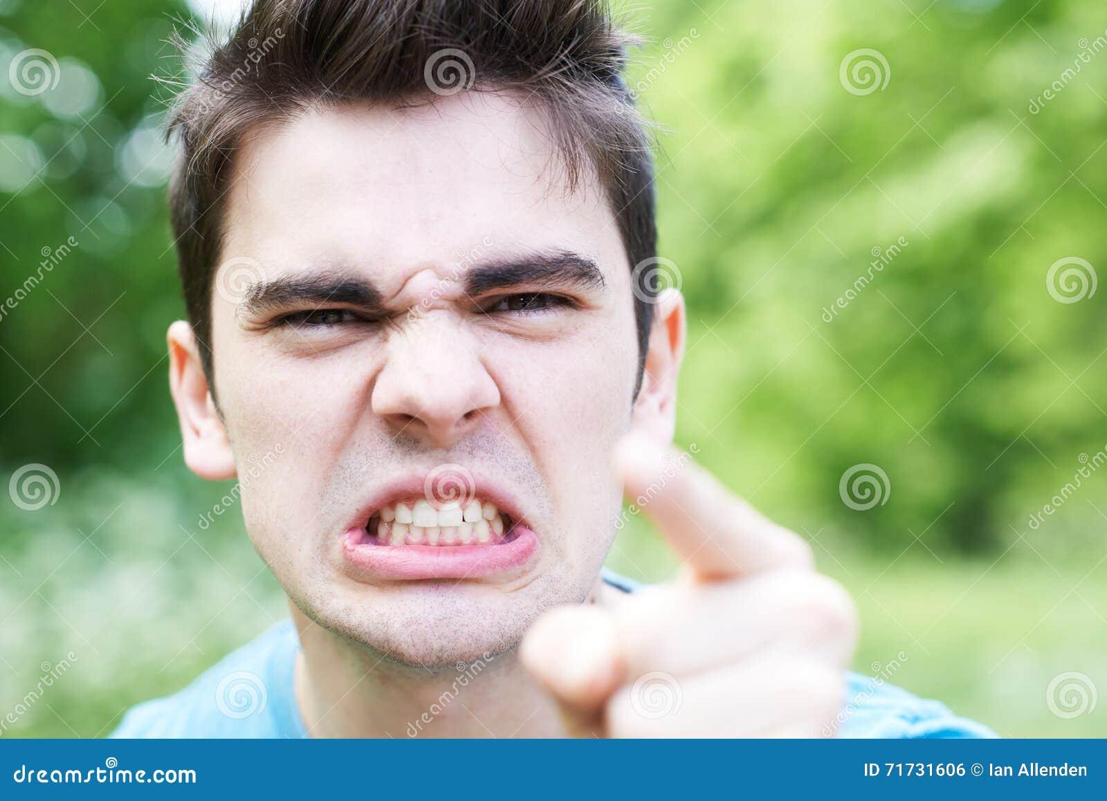 Portrait extérieur principal et d épaules de jeune homme fâché