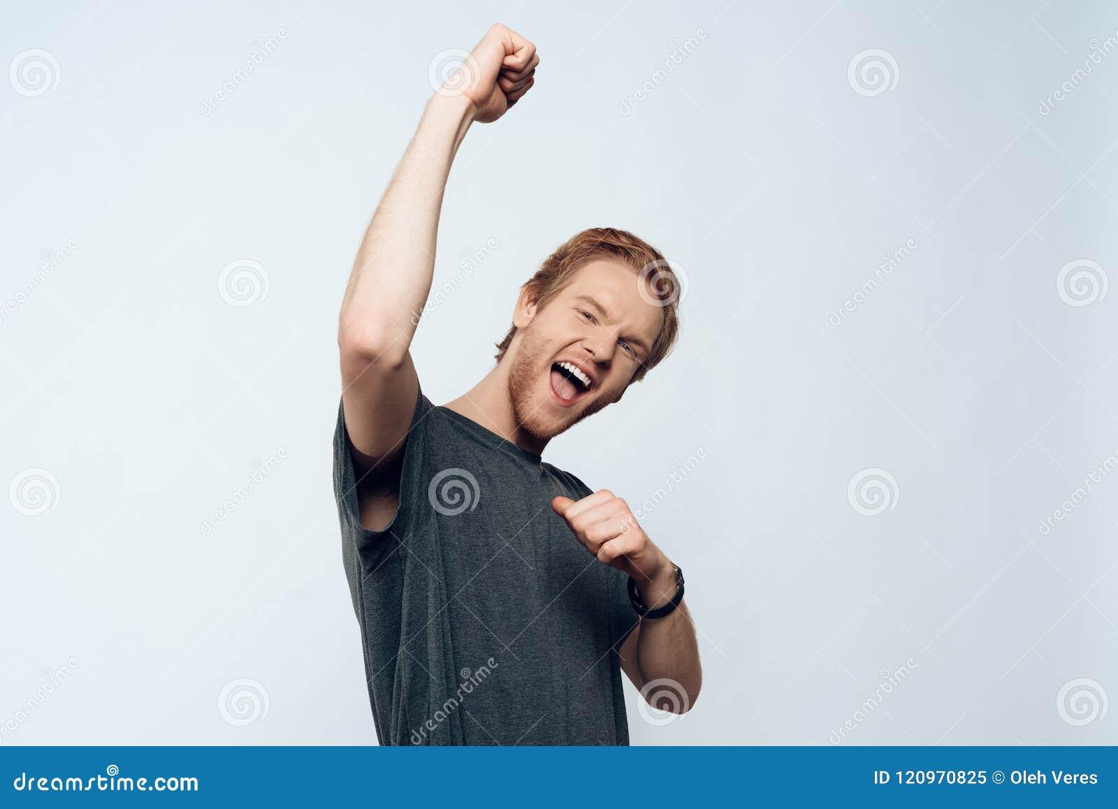 Portrait Guy Celebrating Success enthousiaste euphorique