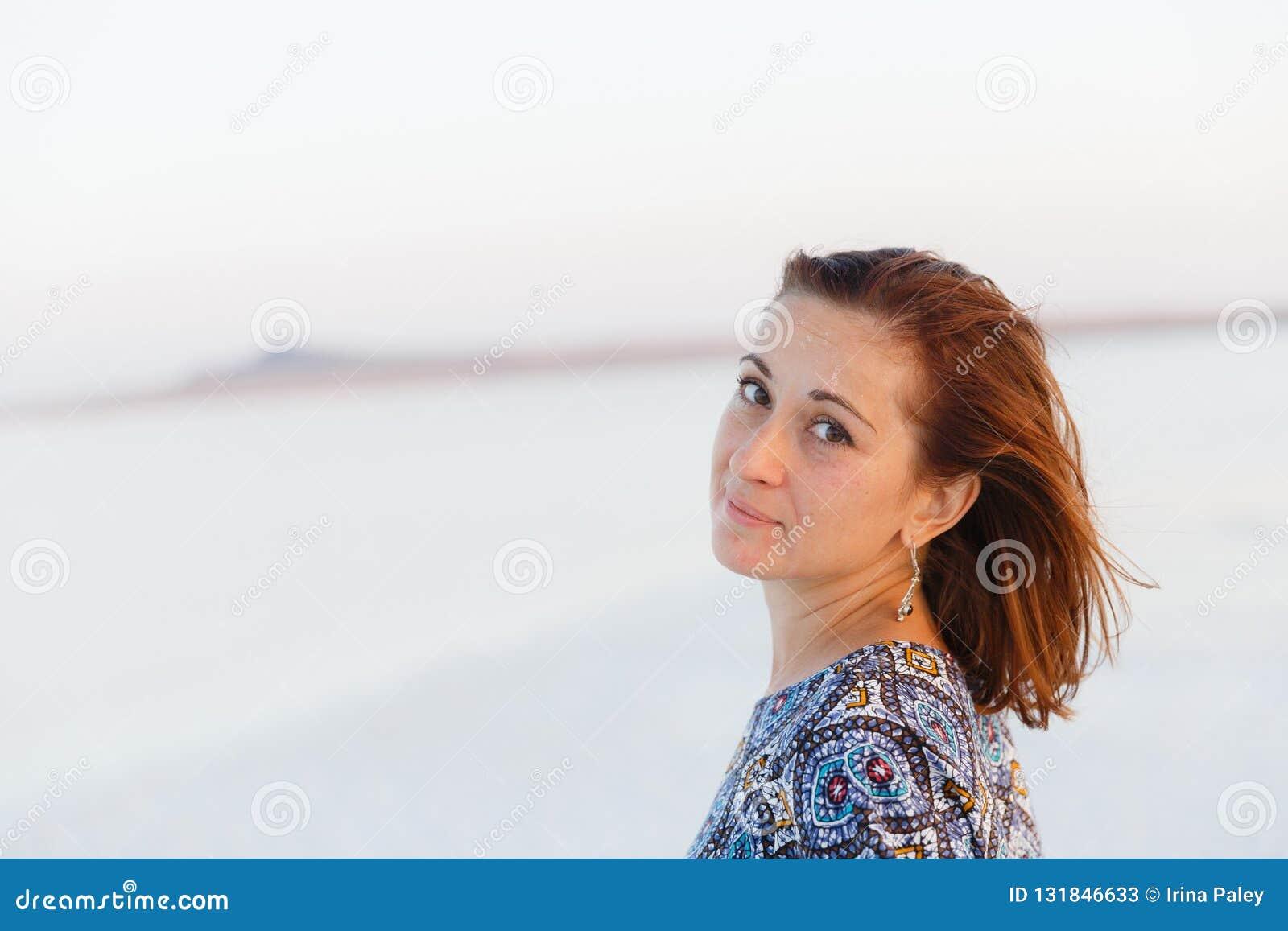 Portrait haut étroit de jolie fille appréciant le soleil, traces de sel sur le visage