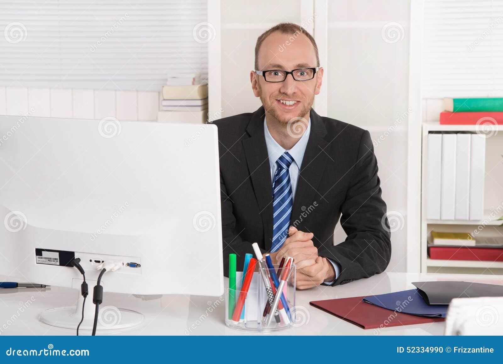 Portrait homme d 39 affaires s 39 asseyant dans son bureau for Bureau homme
