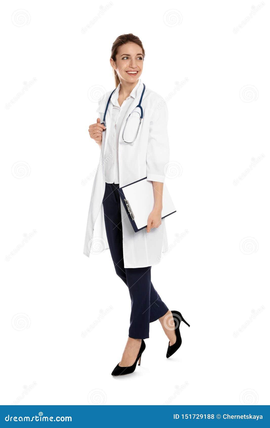 Portrait intégral de médecin avec le presse-papiers et le stéthoscope