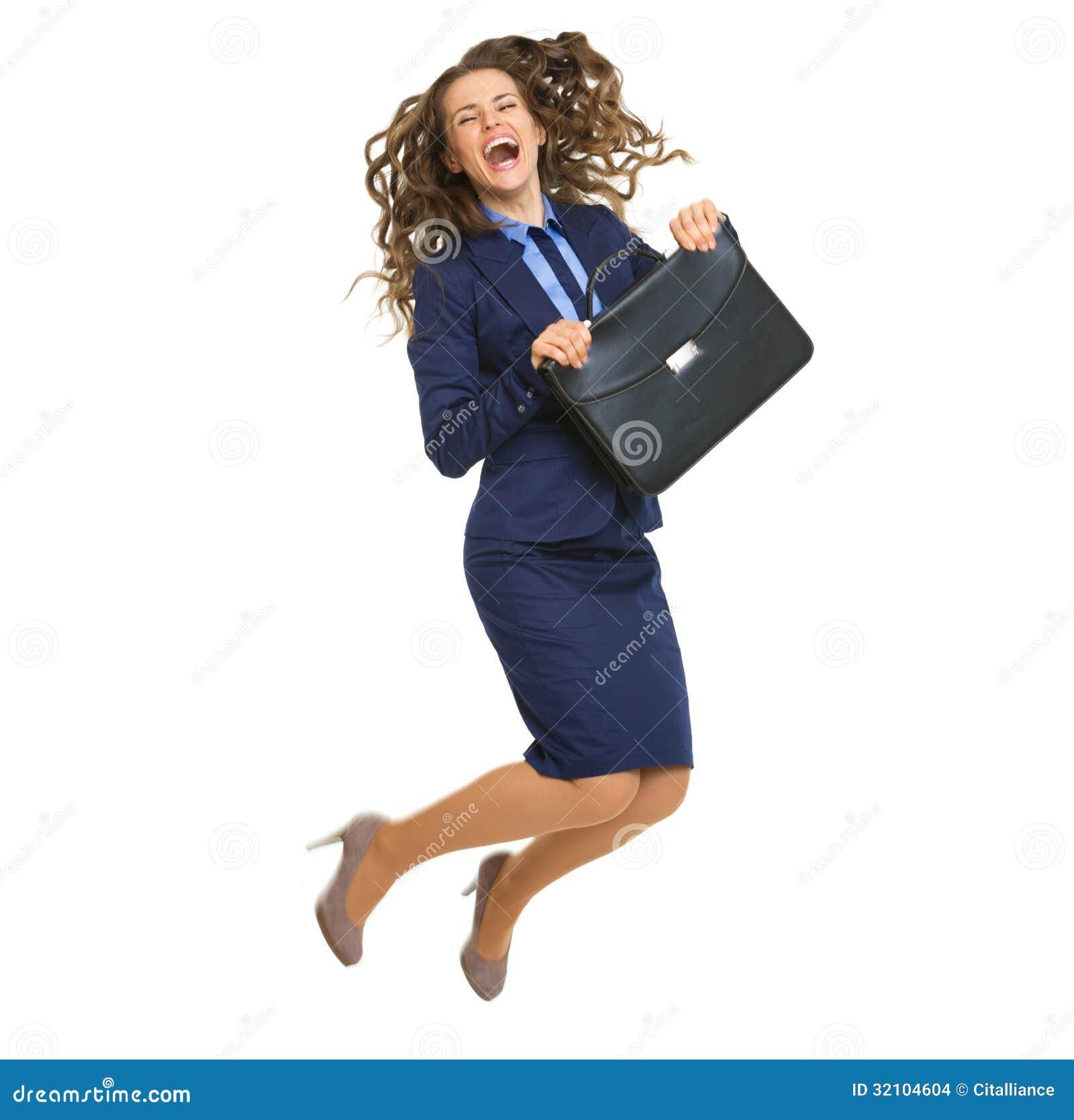 Portrait intégral de sauter de sourire de femme d affaires