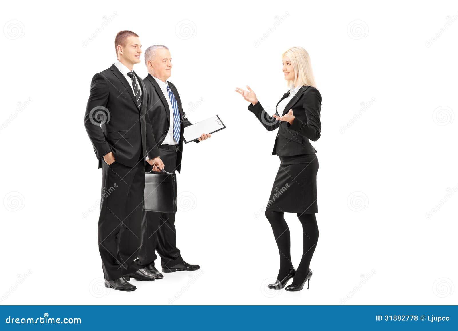 Portrait intégral des hommes d affaires et femme d affaires ayant le C.A.