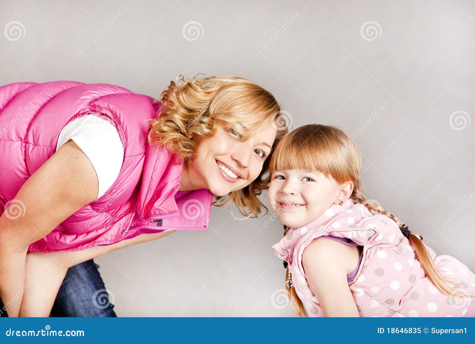 Portrait von zwei jungen schönen mädchen die zusammen in einer