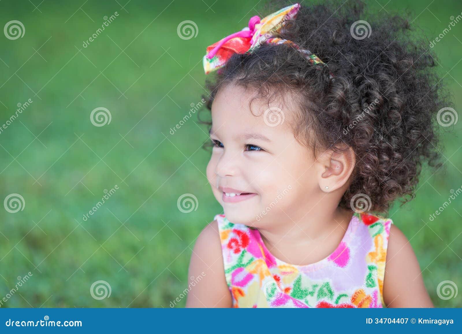 Portrait lat ral d 39 une petite fille hispanique avec une coiffure afro photographie stock libre - Coiffure afro fille ...