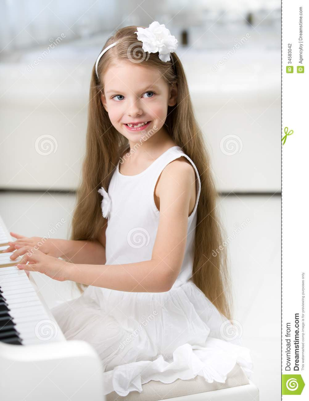 Little girl nude playing piano