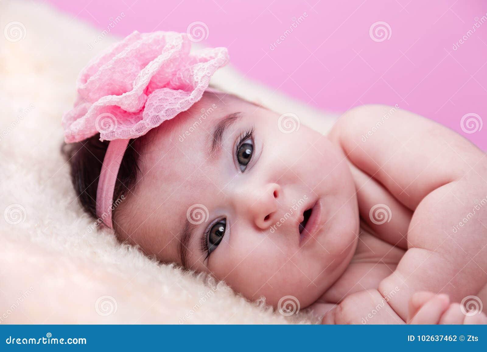 Portrait mignon, joli, heureux, potelé de bébé, sans vêtements, nu ou nu, sur une couverture pelucheuse