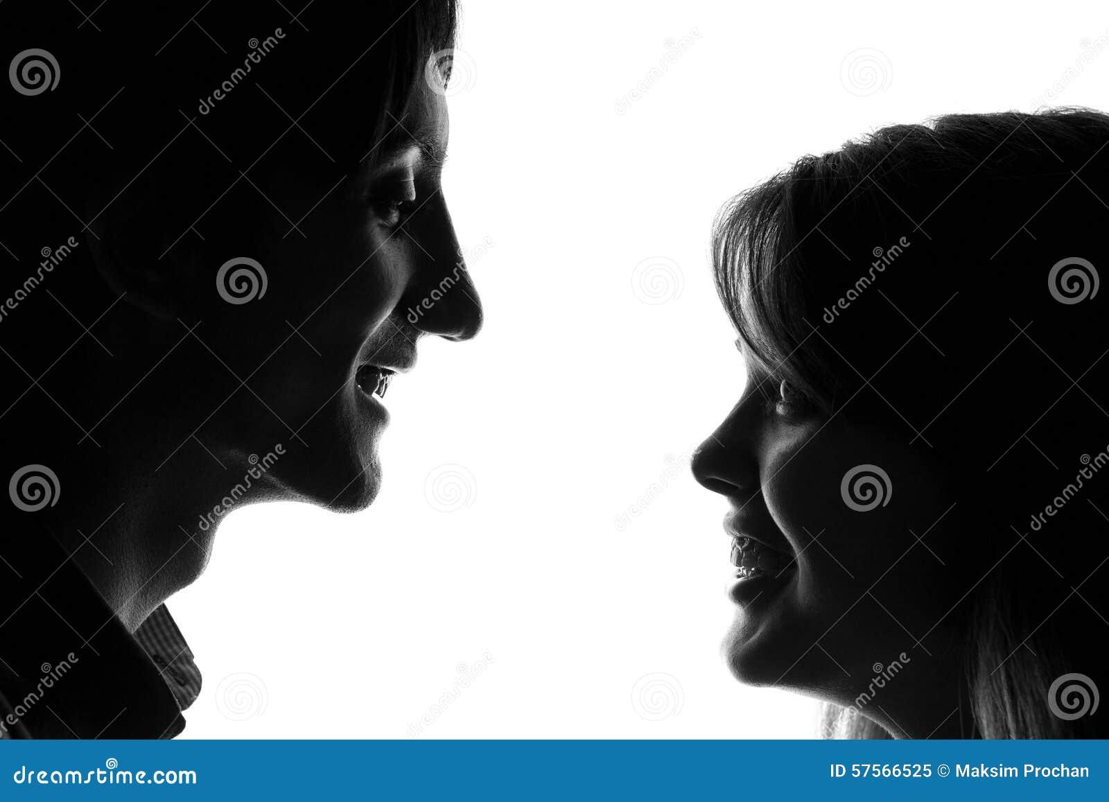 Portrait noir et blanc d un jeune couple dans l amour