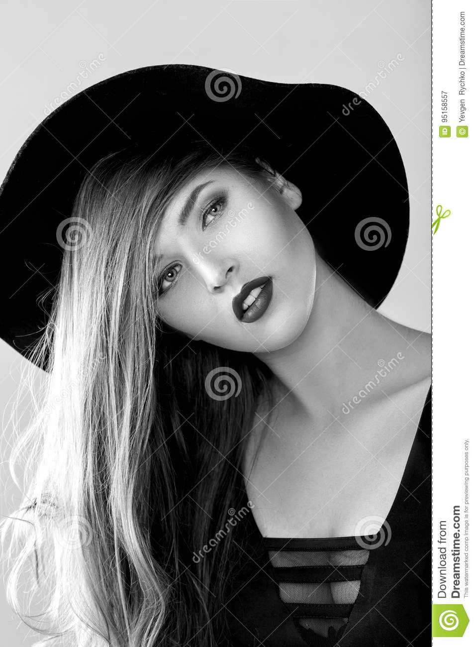 portrait noir et blanc de belle femme sexy dans le chapeau noir image stock image du robe. Black Bedroom Furniture Sets. Home Design Ideas