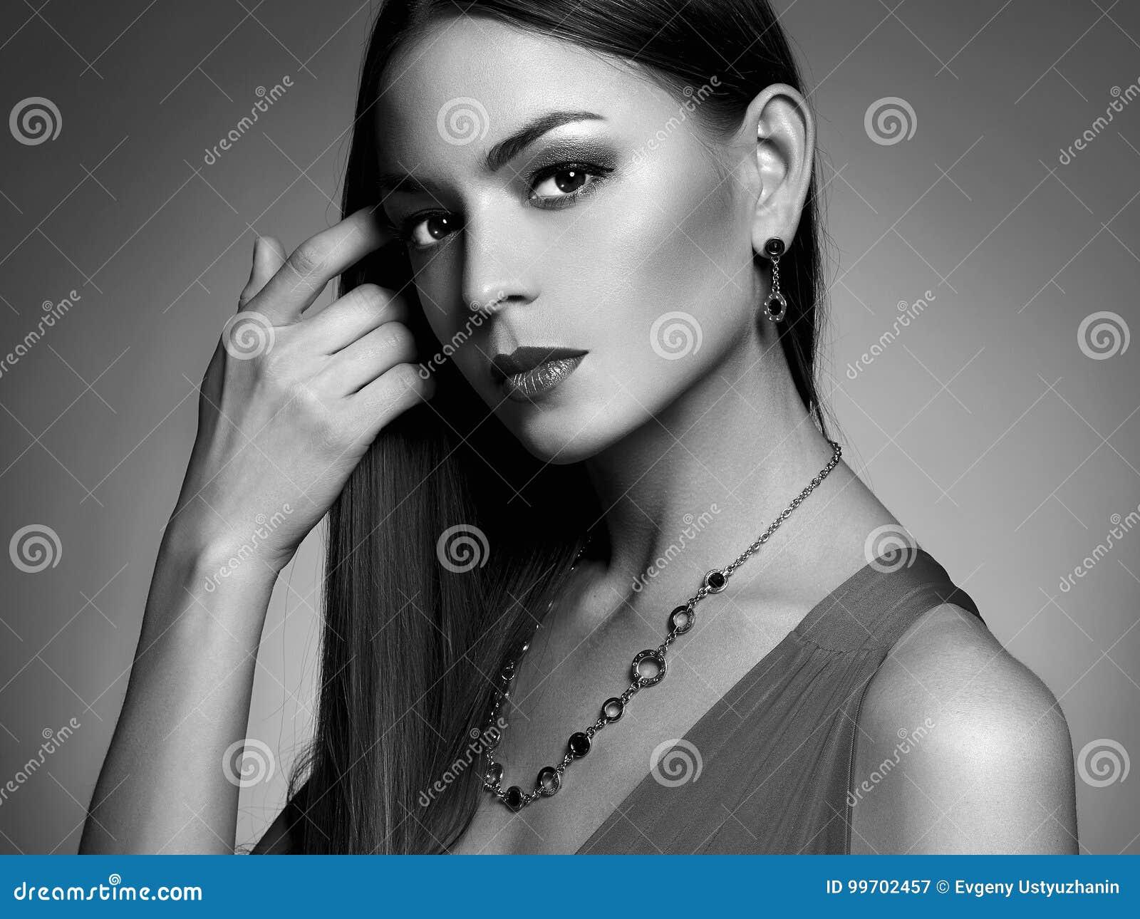 Portrait noir et blanc de femme en bijoux