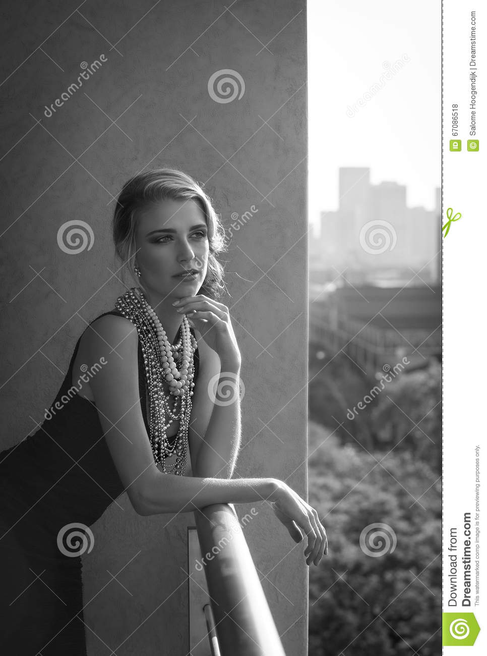 portrait noir et blanc de femme sexy sur le balcon urbain avec la vue photo stock image 67086518. Black Bedroom Furniture Sets. Home Design Ideas