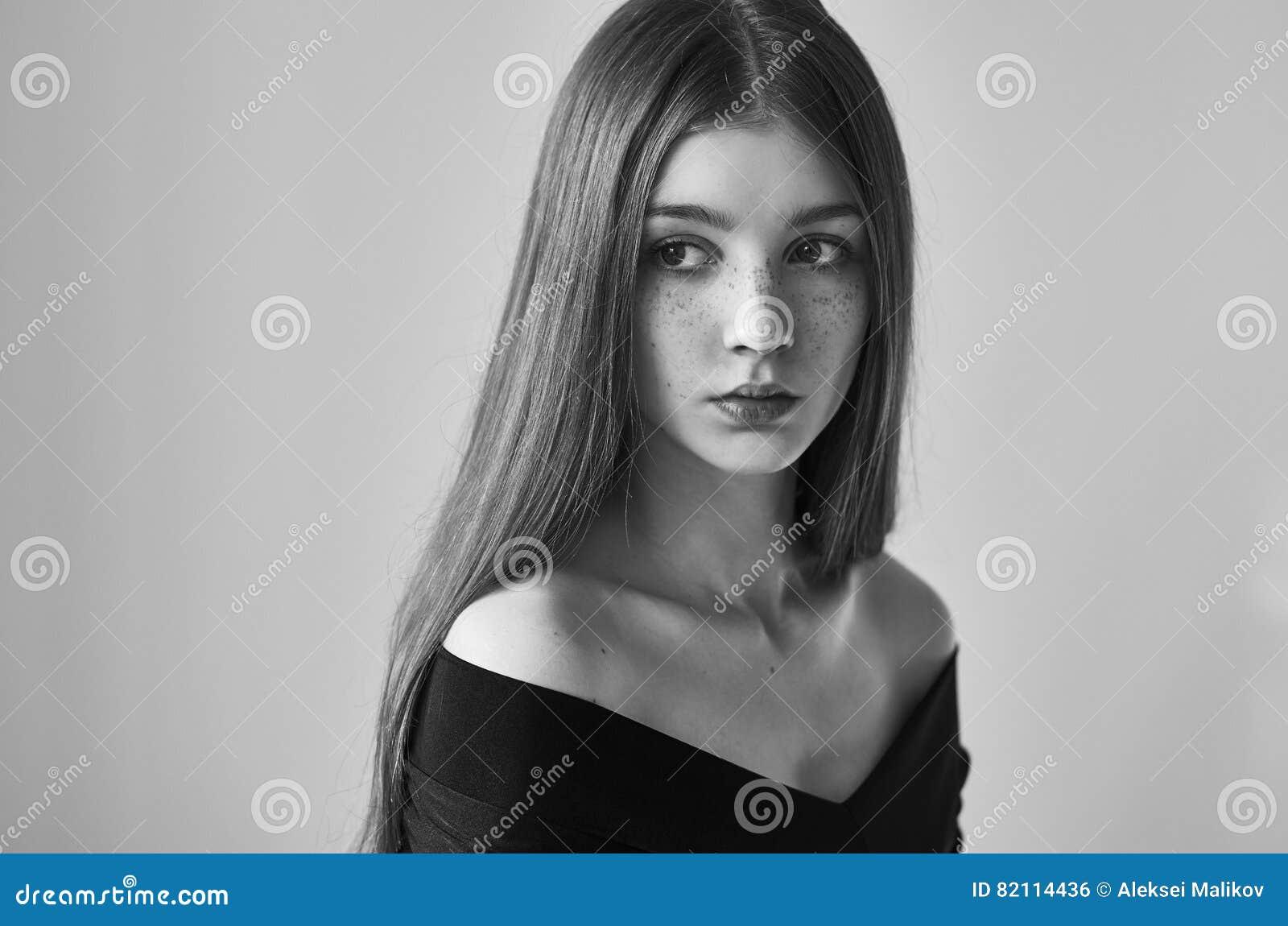 Portrait Noir Et Blanc Dramatique D 39 Une Belle Fille Seule Avec Des Taches De Rousseur Sur Un