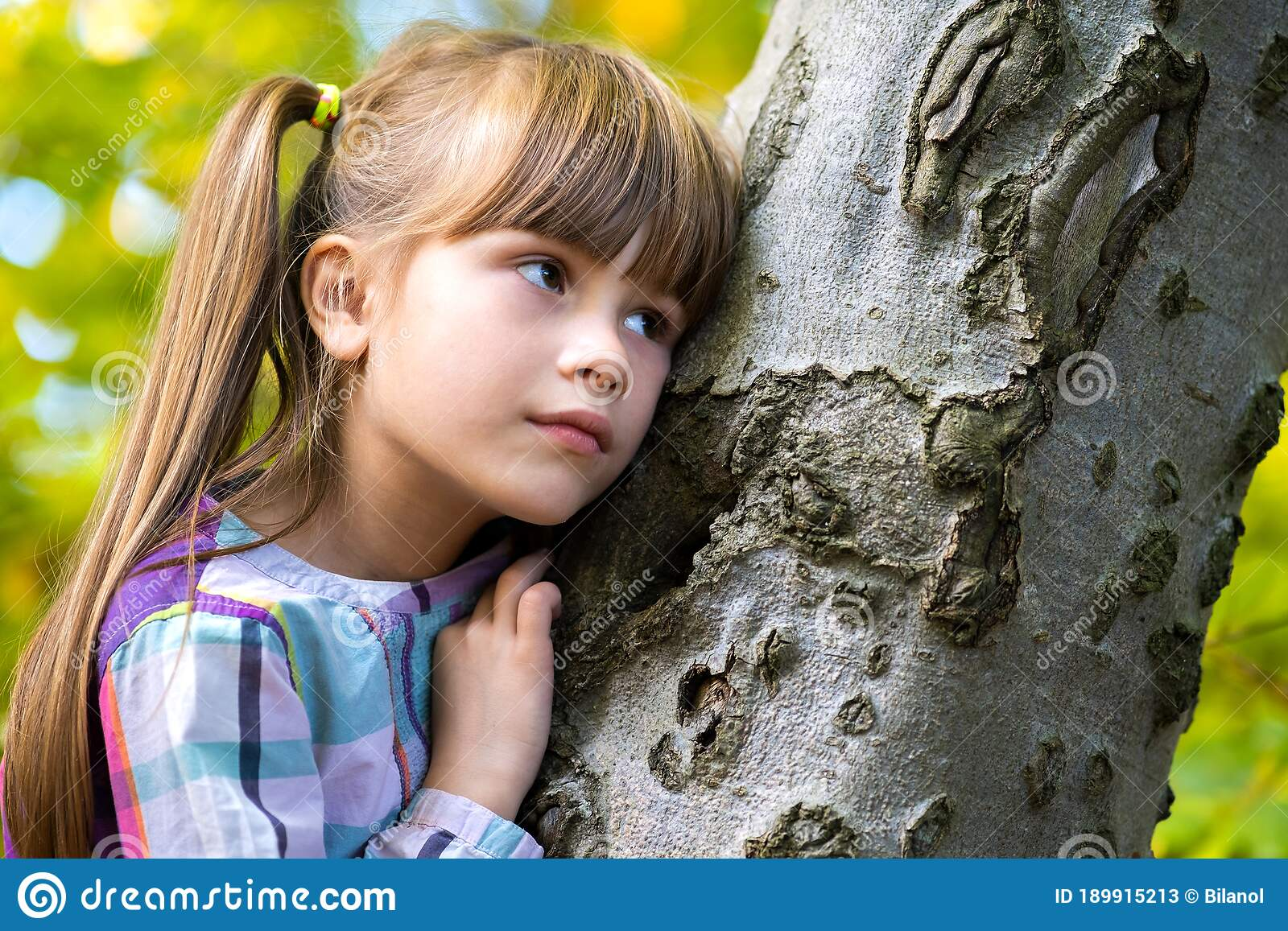 Young teen girl sitting against tree — Stock Photo