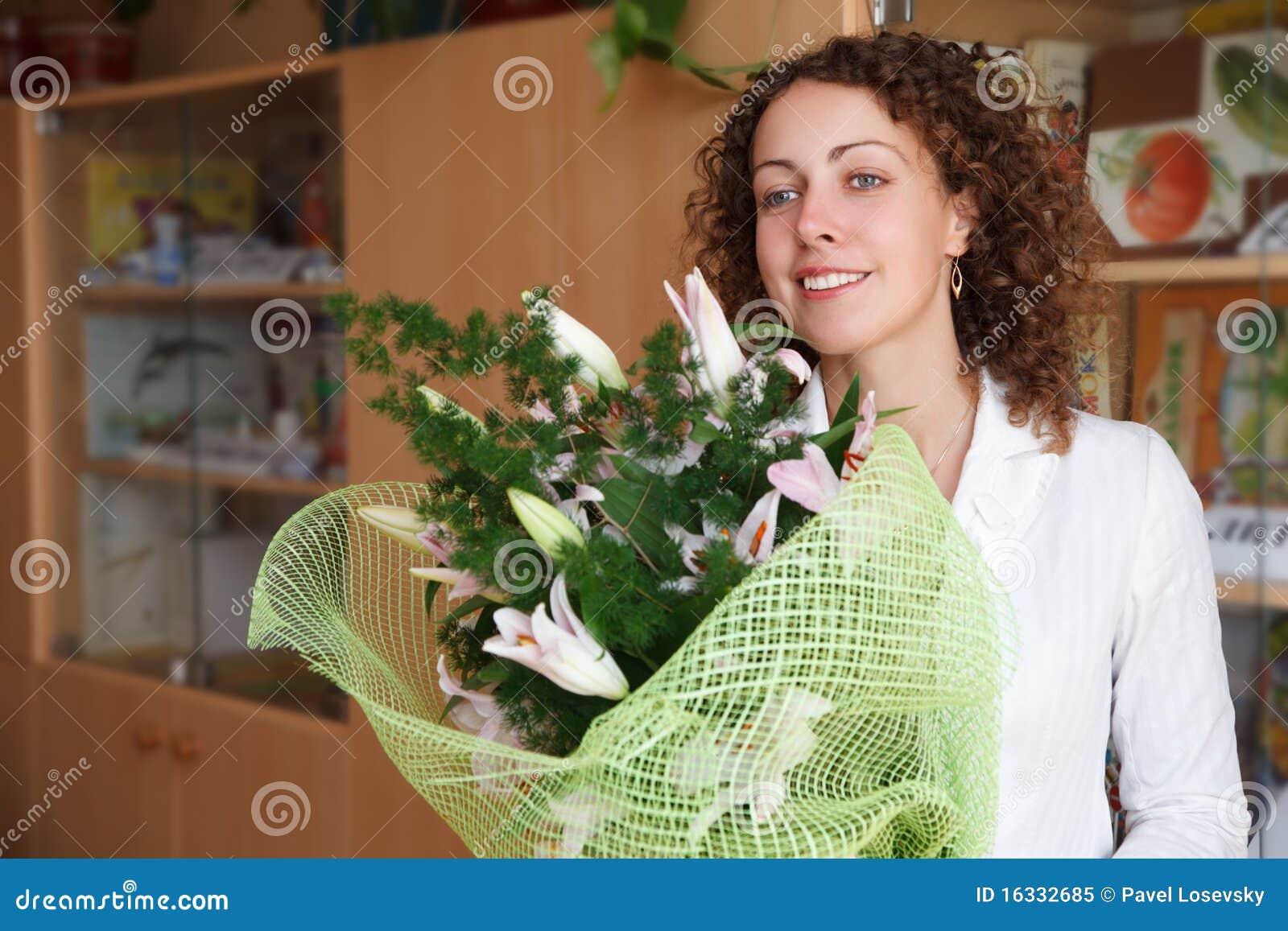 Фото дарят цветы учителю